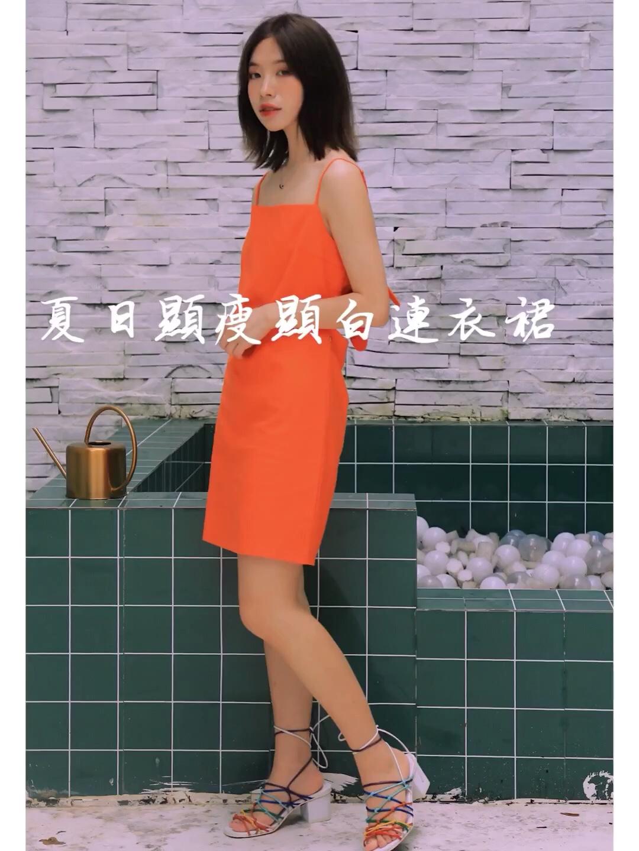 女生穿搭|韩系ins风 超显白显瘦的一连衣裙~ 这条吊带裙颜色非常清新啦~ 设计也超温暖性感背后是镂空的设计~ 炎炎夏日穿这条连衣裙去约会也不错~ 连衣裙:our h our 场地:贰同摄影工作室 #蘑菇街新品测评#