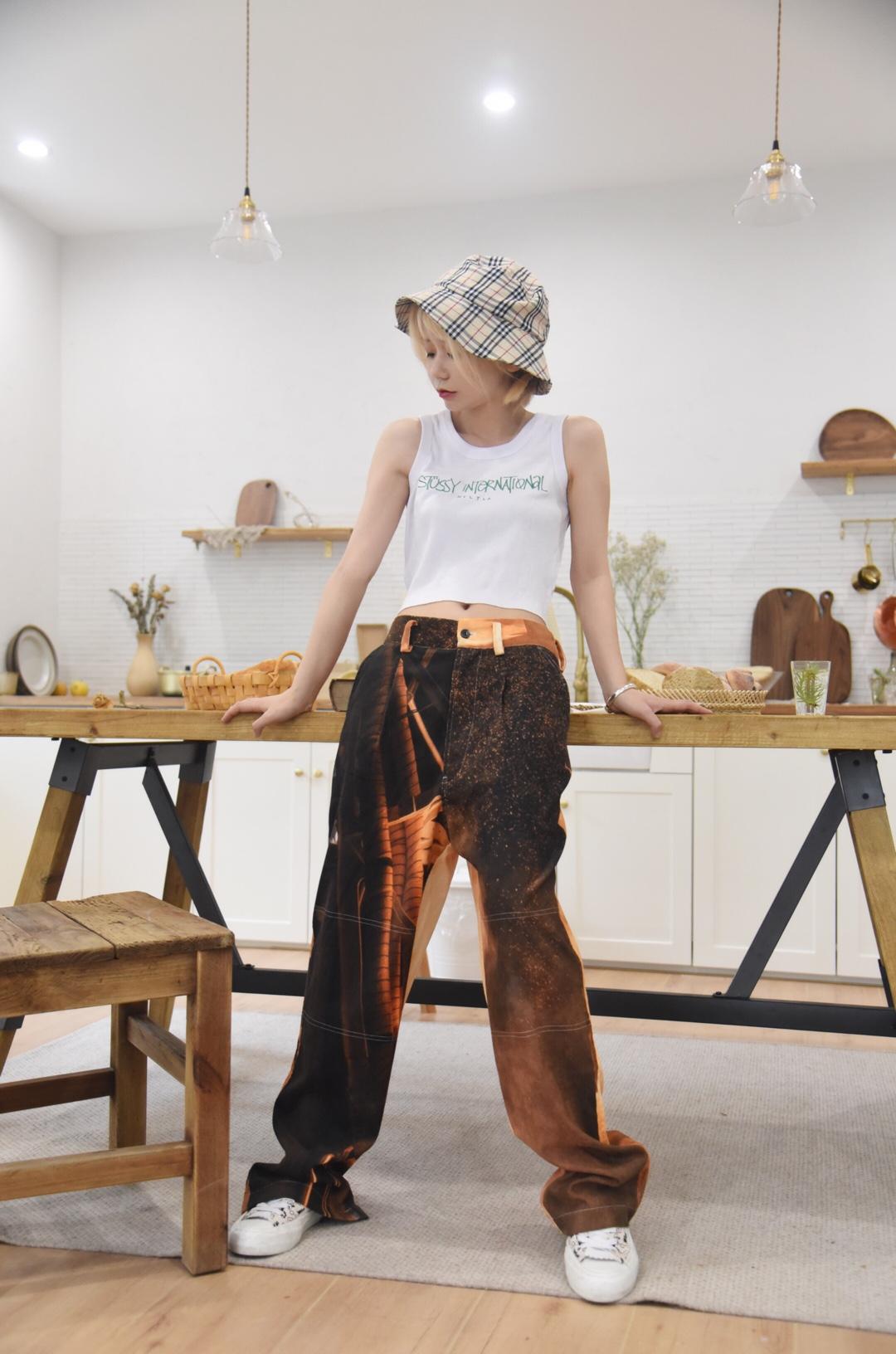 #蘑菇街新品测评# 背心搭配长裤,这样的搭配仿佛一个置身于日本街头的少年~酷酷的痞痞的~自由自在 场地:晴风studio