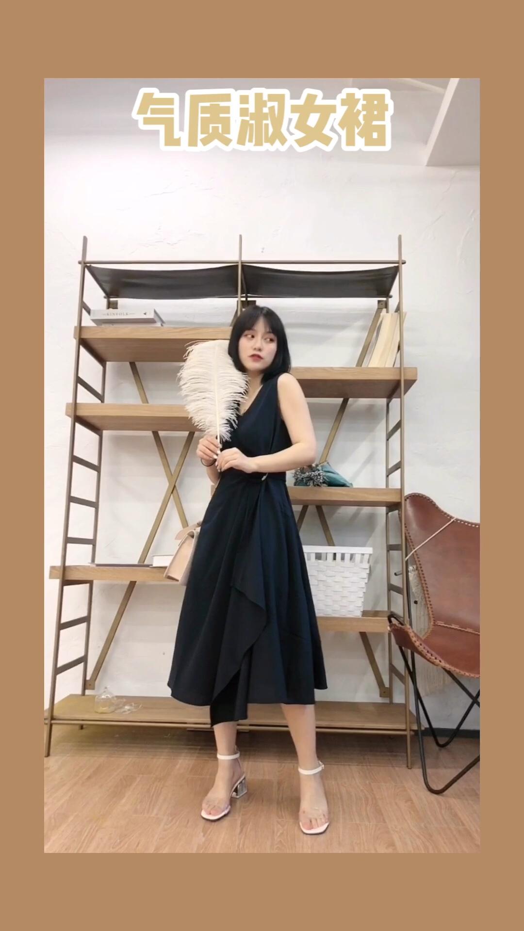 #7月穿什么?新裙裙已备好!# 裙子:minette 包包:star town 这条裙子比较偏向职业风有点轻熟的感觉 腰部的圆圈和褶皱设计显得非常有质感 整体来看是非常显精神气的一款裙子 而且非常显瘦哦 通勤穿肯定不出错