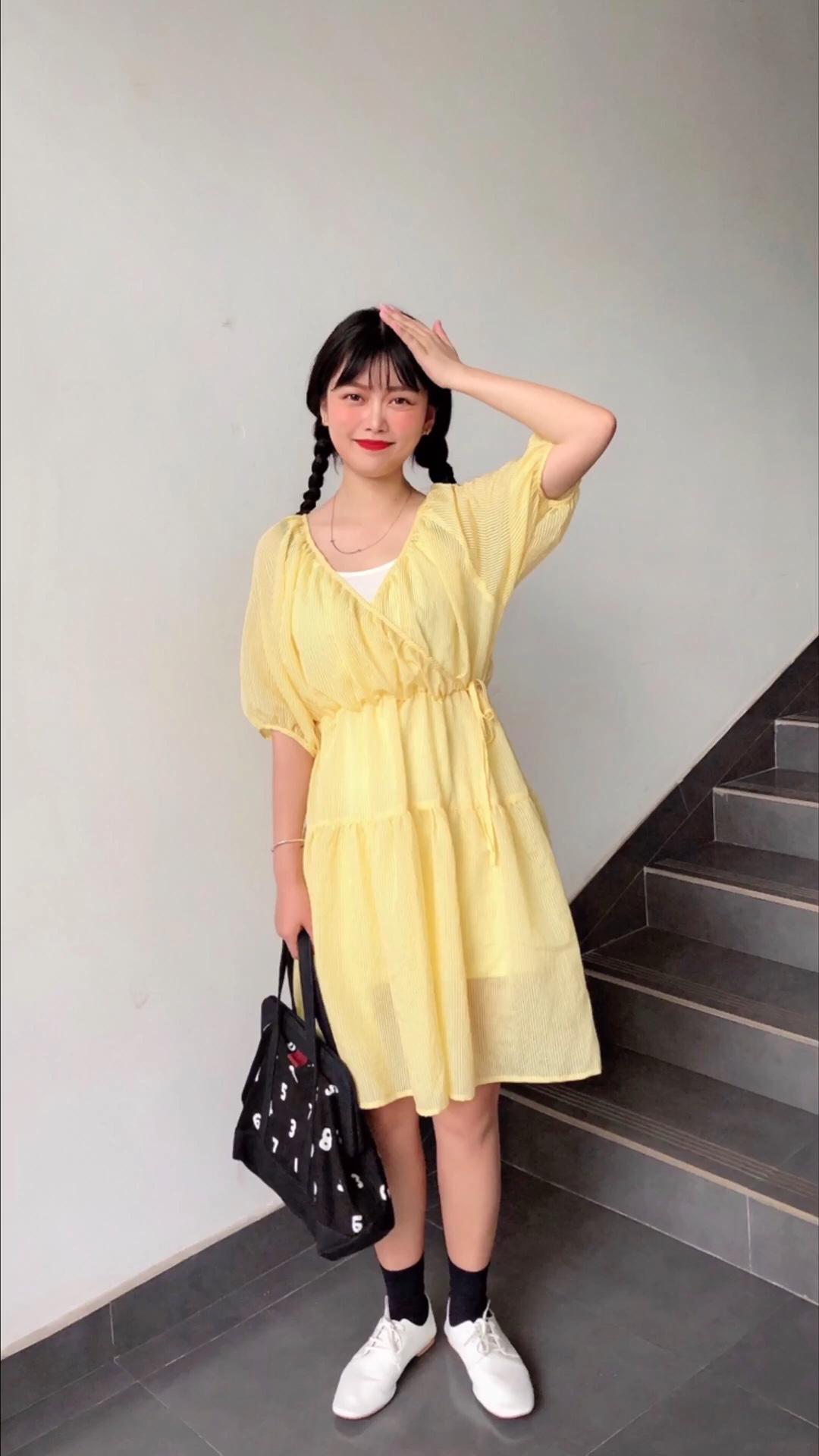 #7月穿什么?新裙裙已备好!#  超级仙气的鹅黄色纱裙🌿 这条裙子的颜色好好看嫩嫩的鹅黄色 超级显白🍦 因为裙子材质的关系 非常的飘逸 很仙气的感觉 版型是比较韩版的收腰版型  非常的可爱 重点是很遮肉肉哦🤭 鞋子搭配了白色的平底鞋  因为裙子的颜色较浅这样不会显的脚上的颜色过重!🌷