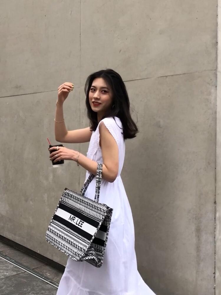 #7月穿什么?新裙裙已备好!# 白色连衣裙 胸前交叉的设计 白色蕾丝的点缀 无袖的设计 很干净的一件衣服 搭配黑白大帆布包 同款色系拖鞋 整体都出彩