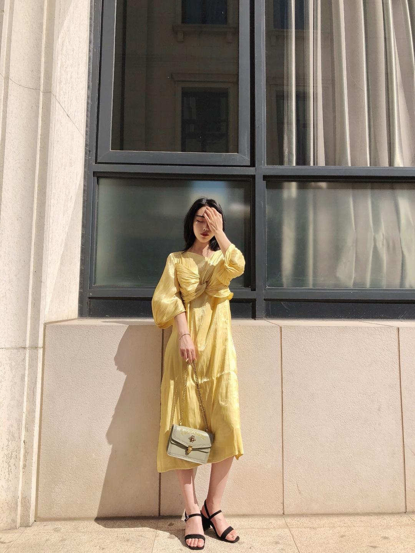 #约会放大招,这身迷死男友#  超高级的黄色连衣裙 这款是冰丝的那种面料 夏天穿很凉快  材质 版型设计 颜色 都很有高级感  气质成熟的一款裙子 爱上这个黄色了