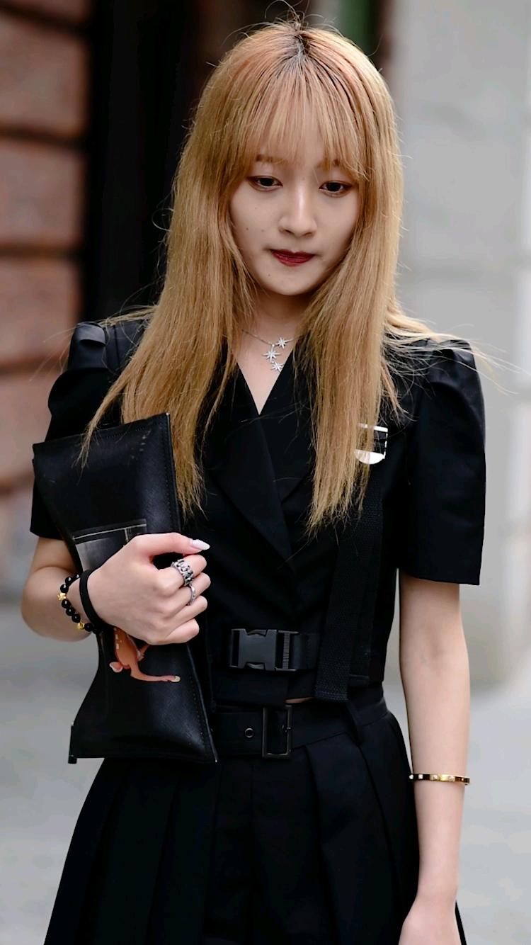 街头偶遇一身黑小姐姐,盛夏黑色也能这么清爽出彩? #穿搭# 你们夏季更喜欢什么颜色连衣裙?