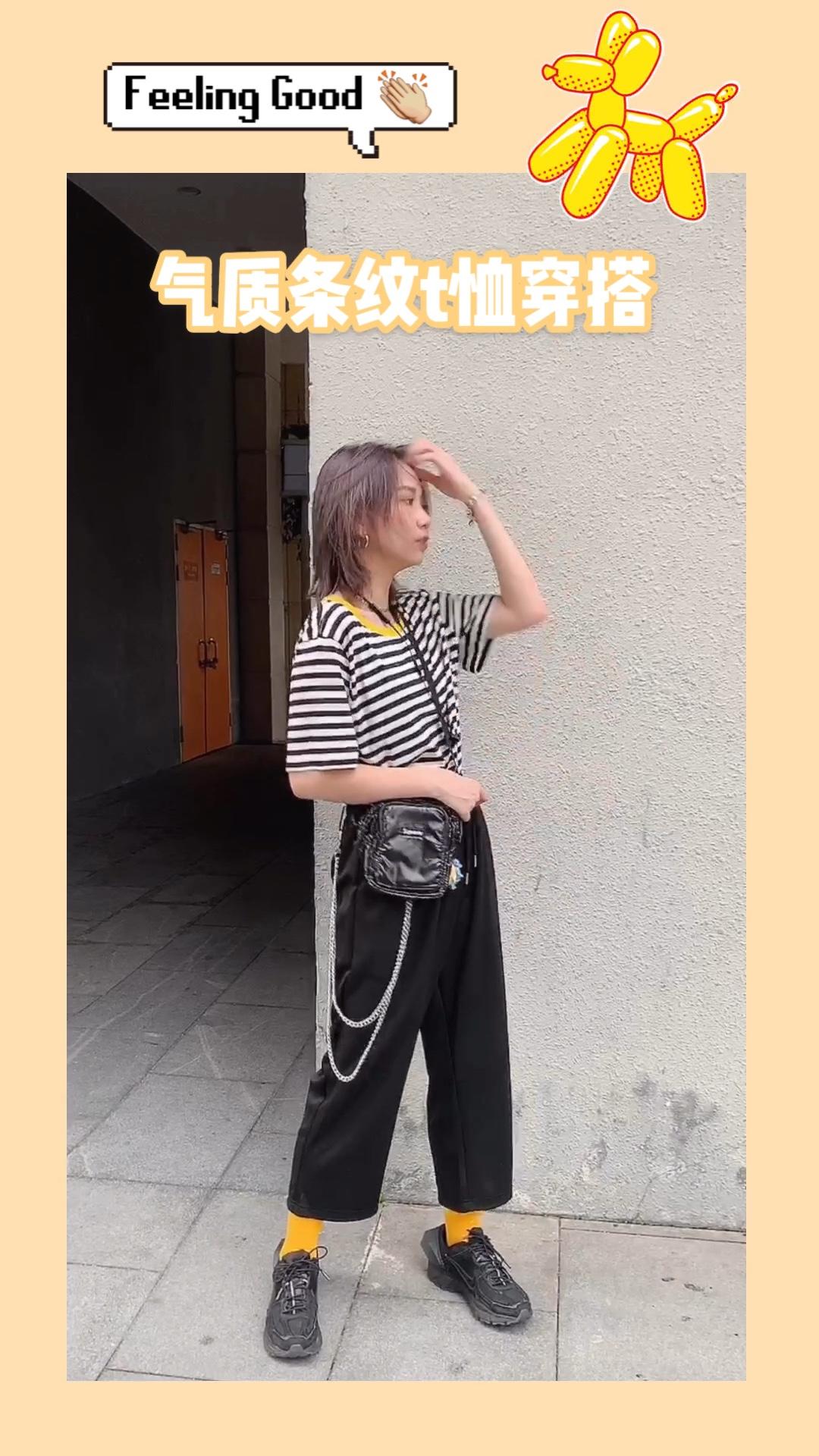 条纹T恤是衣柜必备单品哦 黄色的领口非常清新特别 搭配黑色的长裤简洁大方 #今夏流行的复古T,我教你盘#