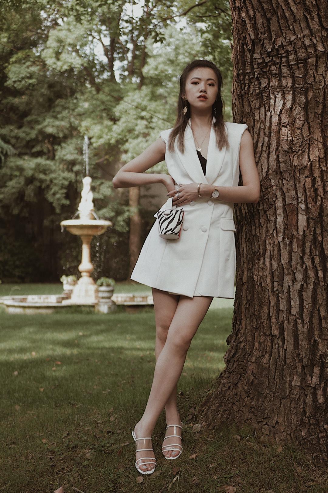 #清凉好看的夏季单品盘点# 春秋天的职场穿西装, 那夏天的职场就穿西装背心啊! 而西装背心裙更是独特了!还非常显气质~ 夏日里白色也不会沉闷。 搭配199zara打折买来的鞋简直再完美不过了~