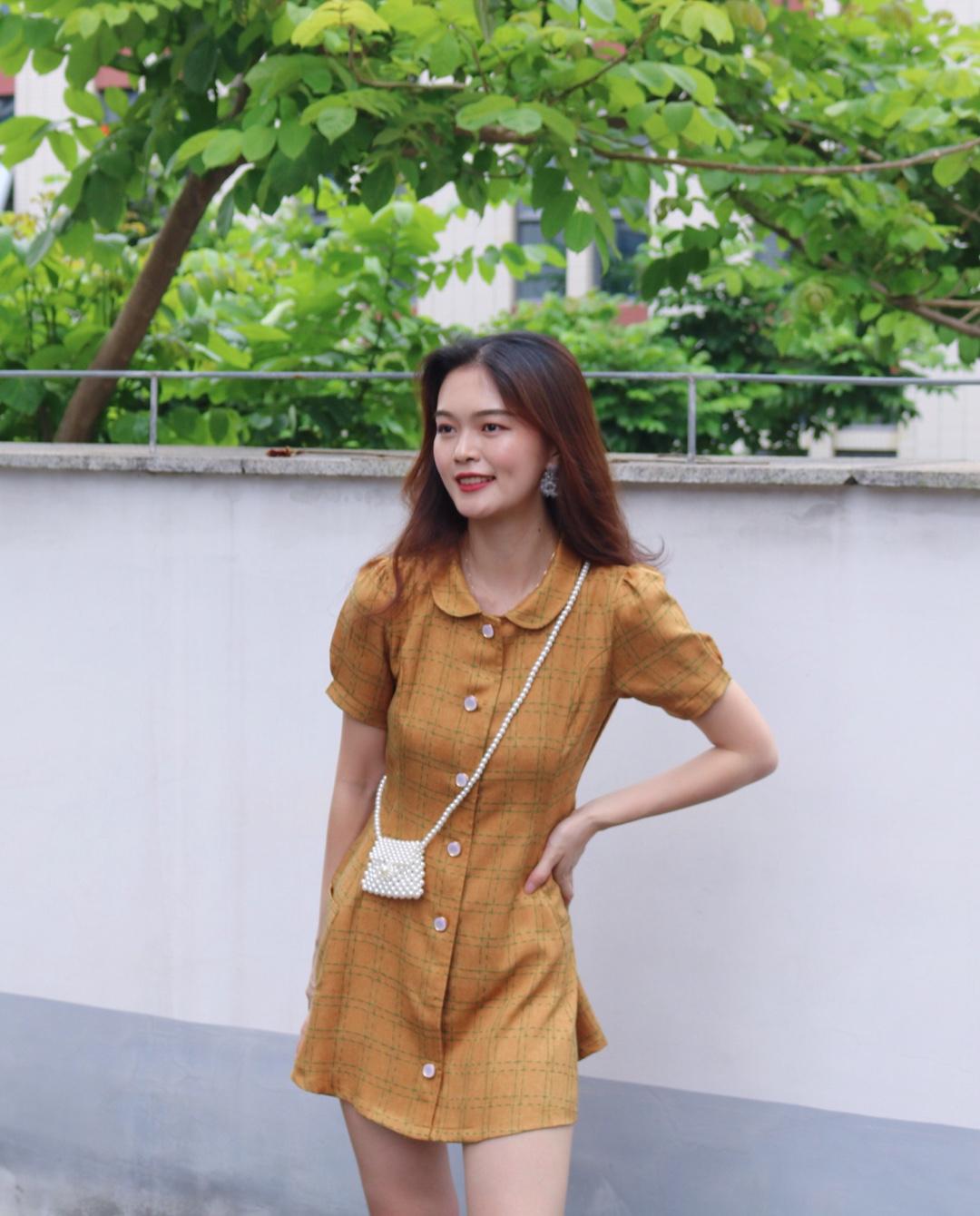 很复古的小裙子,腰身真的特别好看,裙子穿起来蛮有型的很美,搭配上今年很火的小珍珠包包真的太好看了啦#不用修腿的短裙,我找到了!#