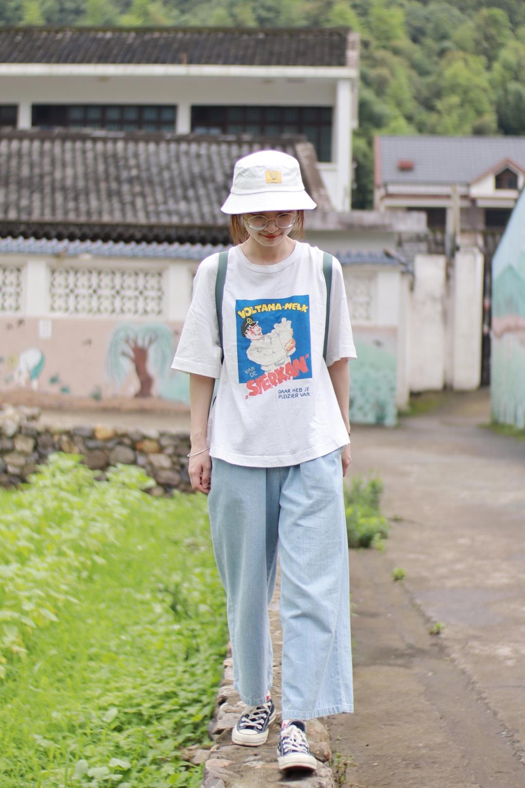 暑假来啦,大家是不是都出去玩了呢~来分享一套休闲复古的日系穿搭。复古印花T恤白色的底色很清爽,中间的印花非常有美式复古感,简单好搭配。九分阔腿裤是百搭利器,浅蓝色看着非常清凉啦~遮阳记得要带渔夫帽哦  #今夏流行的复古T,我教你盘# 🍋