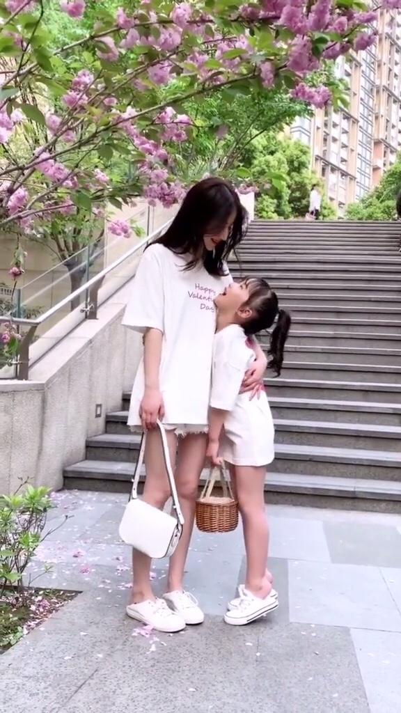#网红同款,先穿先美!#  最喜欢和妈妈在一起  不管做什么都超幸福 记得点击➕关注哦