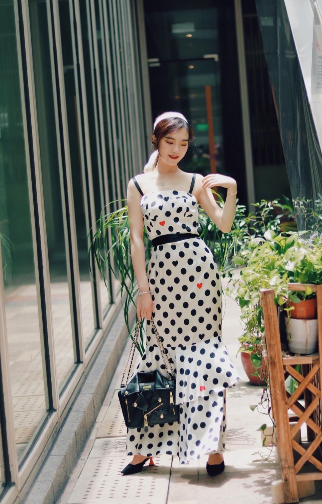 夏天怎么能少了一件吊带连衣裙呢?法式波点图案、加上恰到好处的露肩。#花式露肩大赛,我能赢!# 穿上这件连衣裙、马上去约会你的男神吧?