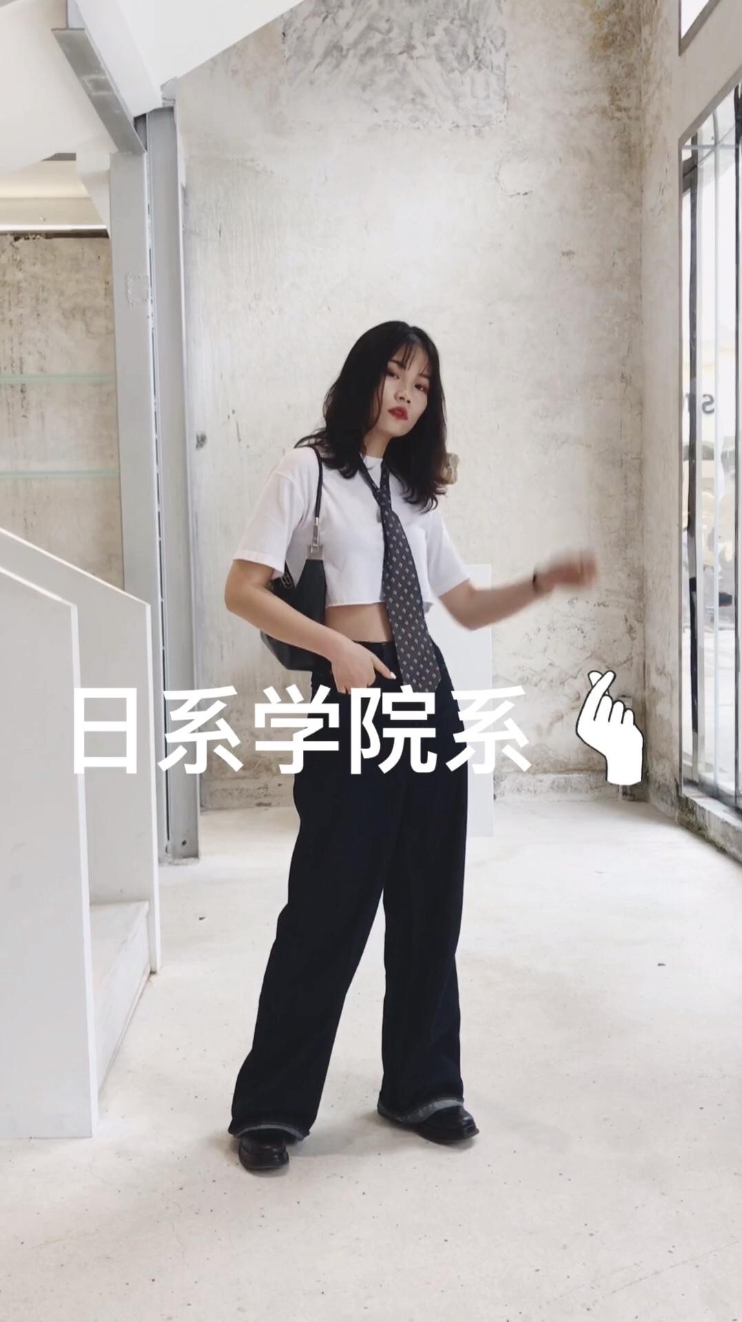 #懒得撑伞,我有晒不黑穿搭# 超酷的日系学姐风 短款白T搭配牛仔阔腿裤