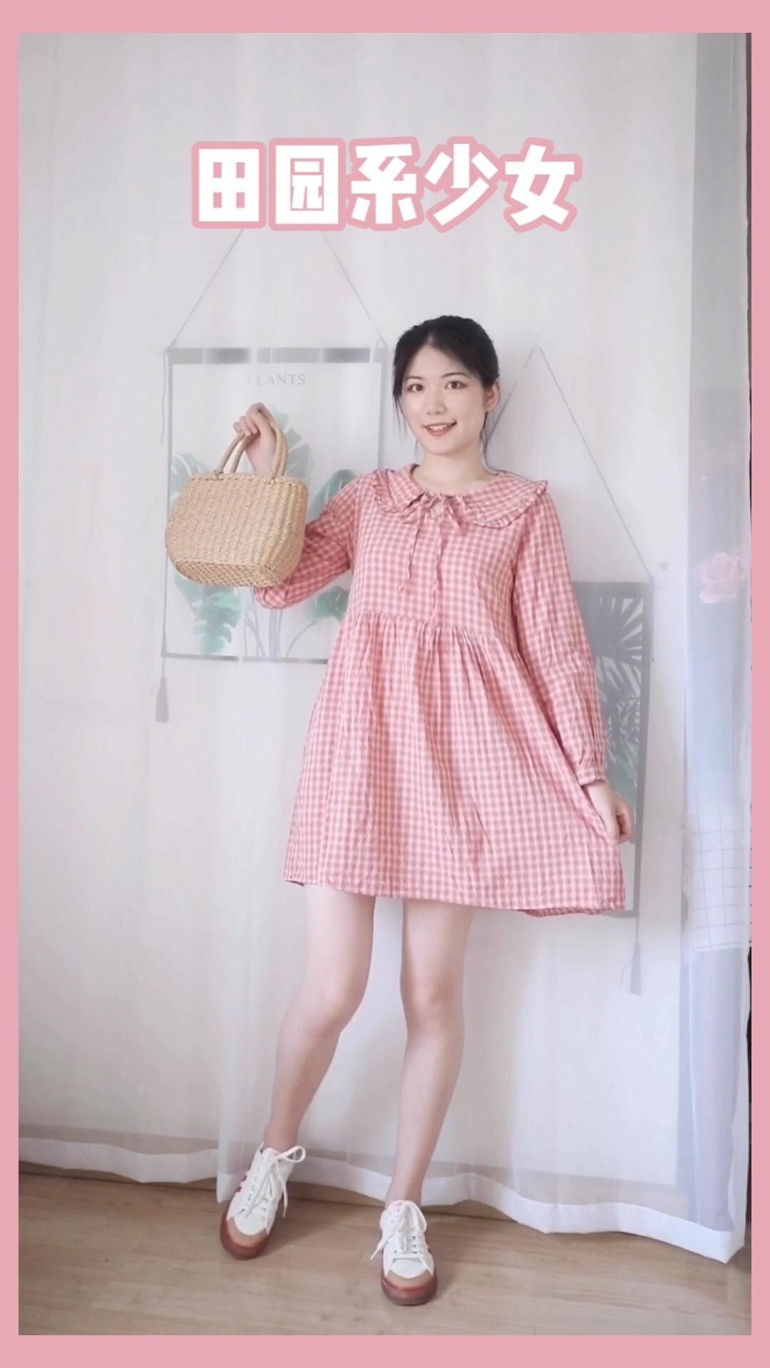 #私藏plmm穿搭,太可了!# 安利一条甜美小裙子!粉色格子乖巧可爱,直筒的娃娃裙版型,宽松不挑人,花瓣领遮住了肩宽,显得人小巧可爱,推荐!