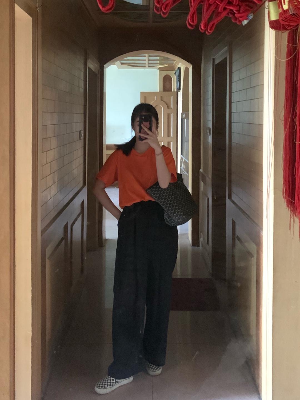 160/50kg 上衣:正橘色T恤 裤子:某宝黑色阔腿裤 面料超赞滑滑的,夏天穿不会担心热,很凉快很苏胡 鞋子:vans棋盘格经典款 包:GOYARD #夏天加载90%,凉凉裤必须上#