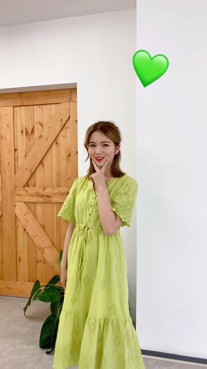 阿沁look~ #清凉好看的夏季单品盘点# 系带连衣裙能够很好的突出腰部曲线~ 带蕾丝刺绣的设计让整条裙子更灵动更有气质💓 果绿色在夏天也太显白了呀💚💚💚