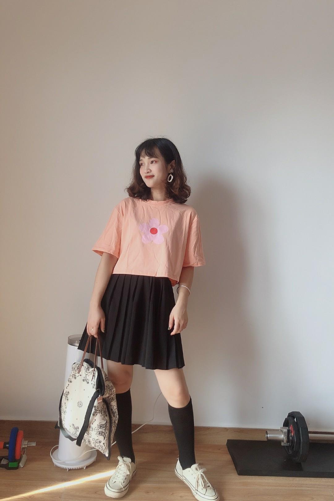 #娜比同款百褶裙,青春万岁!#  泫雅风小花花,甜橙的颜色上衣,很显青春活力噢,搭配百褶裙裙,加上长筒袜,靓丽的学生就是我啦~
