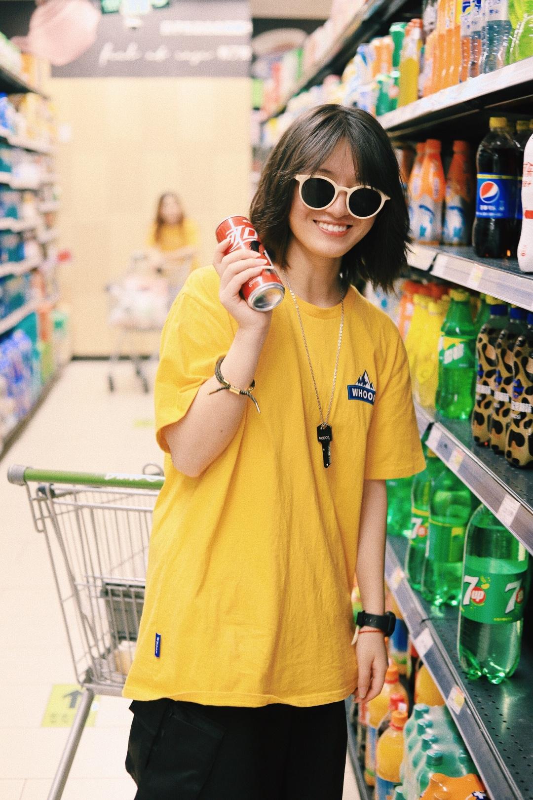 上身是一件黄色印花短 超级显白的颜色啦 下身是一条黑色工装中裤 搭配一双黄色aj1新欢 戴上一副米白色的墨镜 这样一身颜色就很好看啦 还有点酷酷的呢 #小黑妹显白自救攻略#