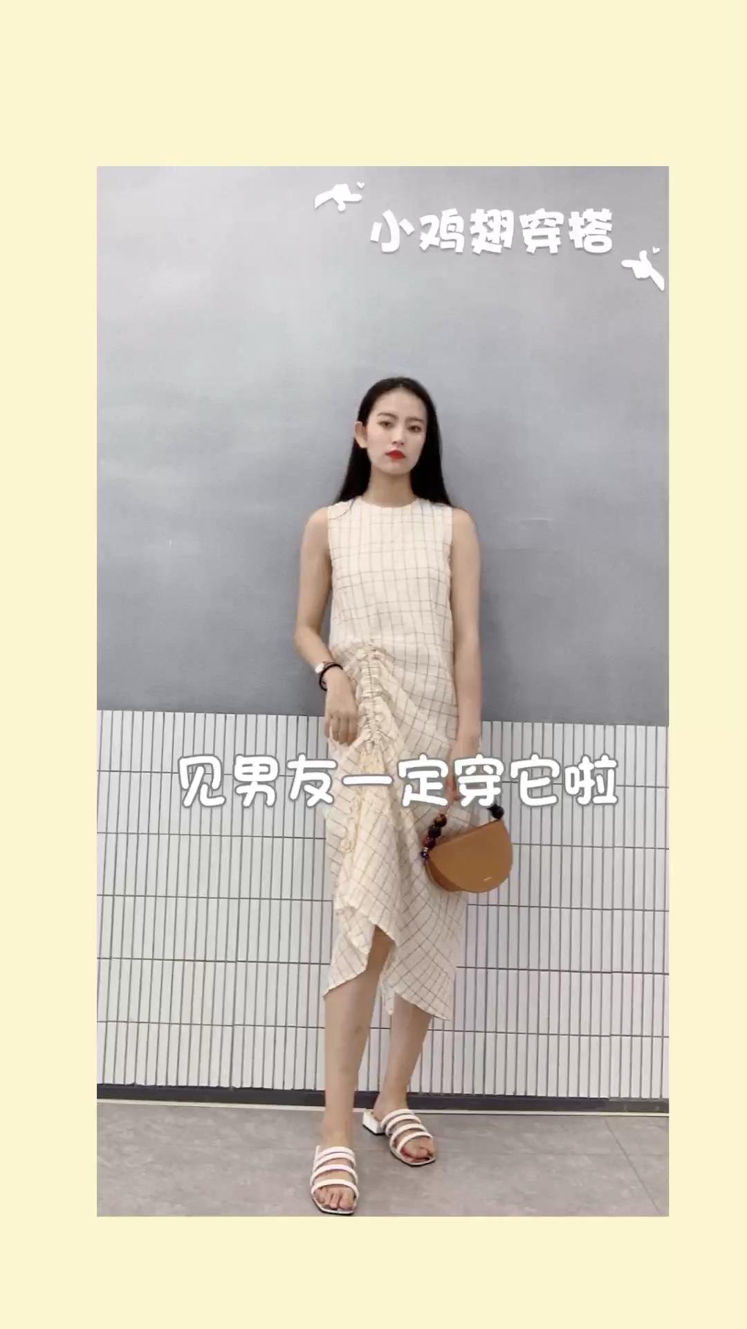 【复古格子连衣裙】 👗:so lighter 👜:北山制包所  一款简洁清爽的连衣裙~ 左侧做了很特别的褶皱设计  简单的小格子 非常适合夏天 #蘑菇街新品测评#