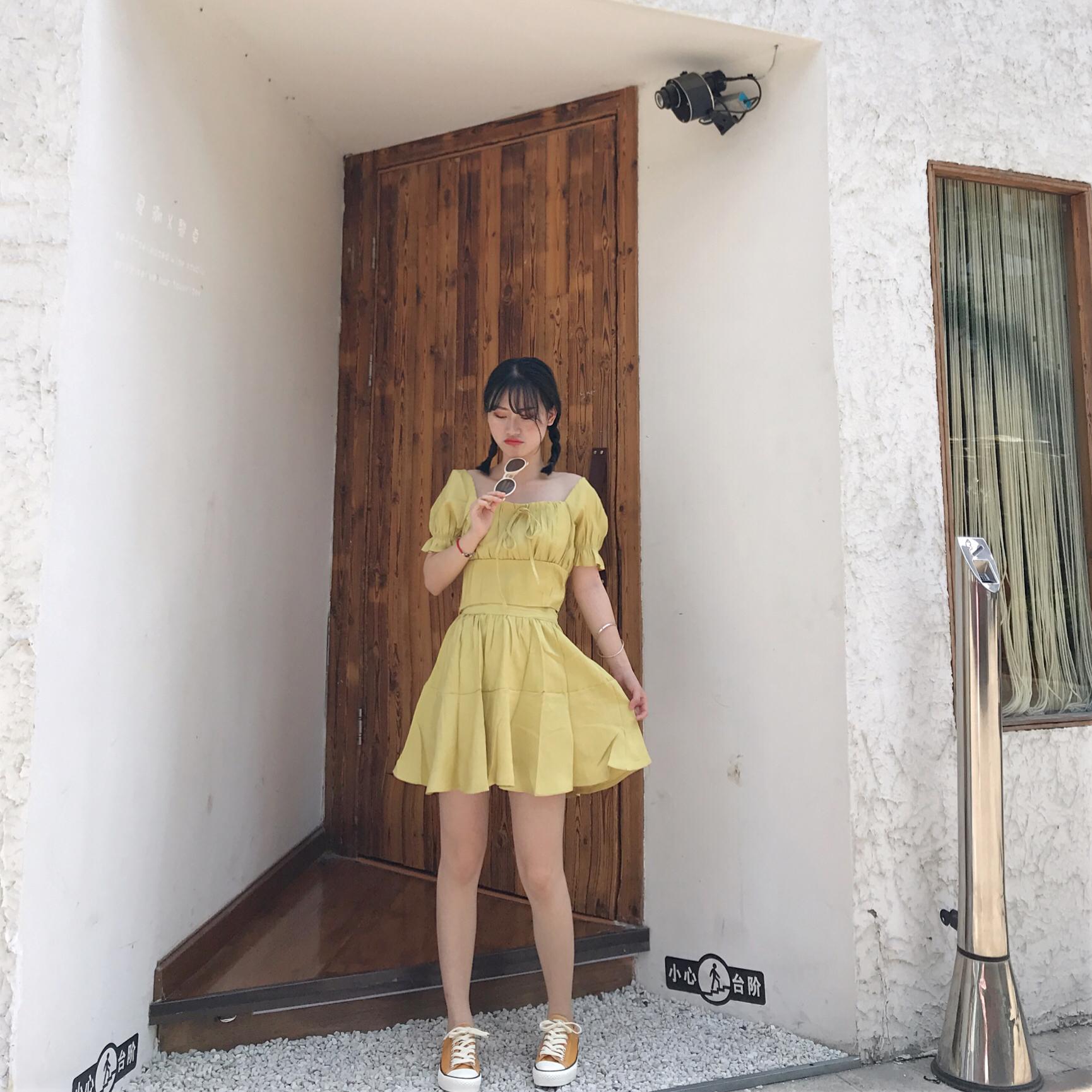 #小黑妹显白自救攻略#好久不见 又来分享穿搭了~最近超愛这种元气少女风格 明黄色也是特别显白哦 ~ 上衣也是短款很适合矮个子妹子