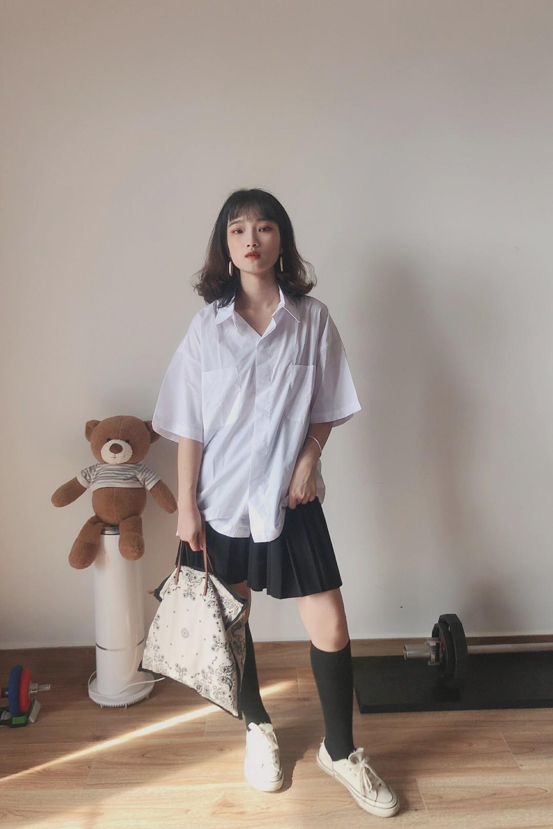 #小黑妹显白自救攻略#  日系学院风一件衬衣 很有港风设计 可盐可甜的一套搭配 配上最近流行的中长袜 敲稀饭