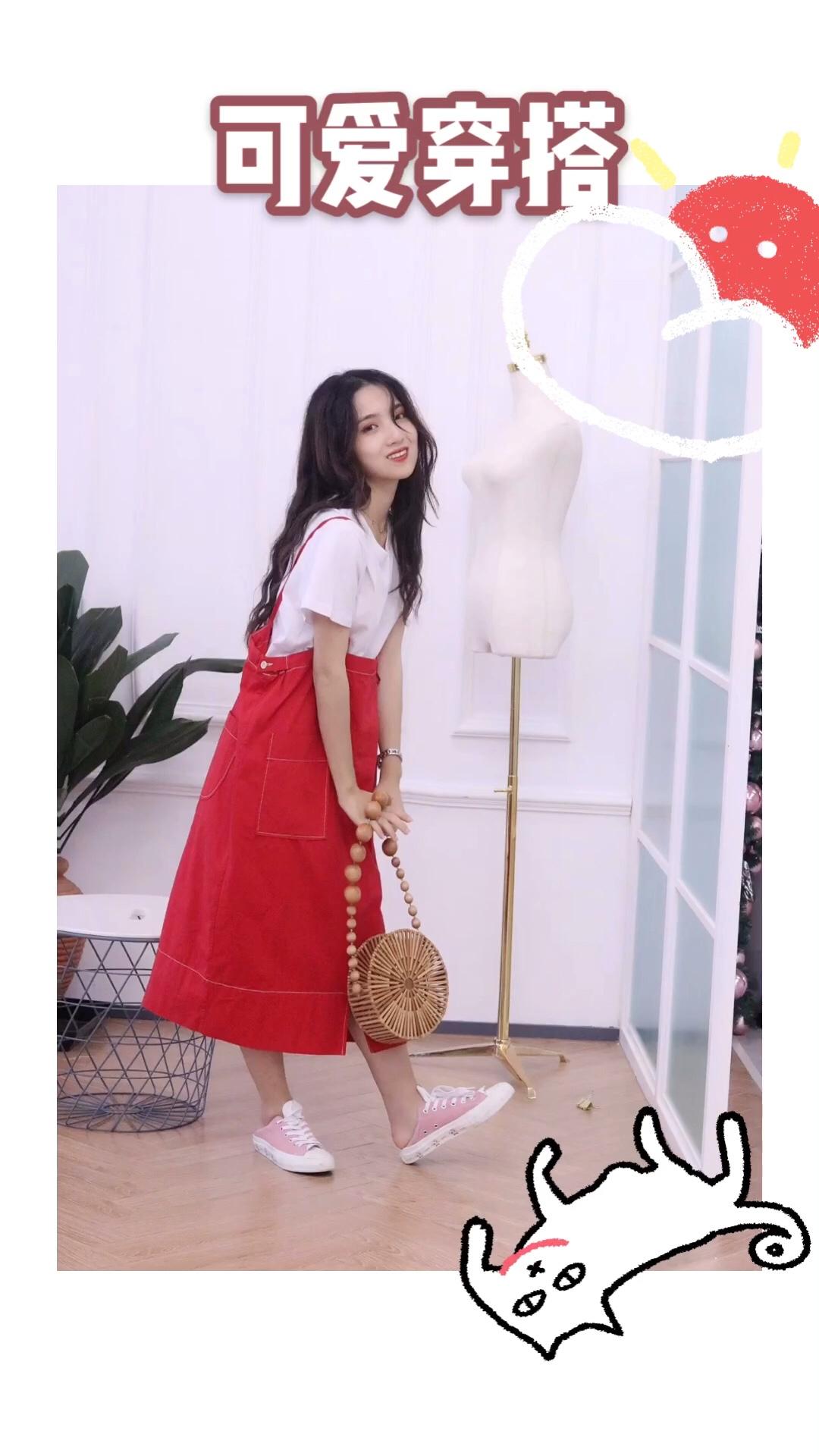 #小个子暑期穿衣指南#不同于平常的背带裙,这款背带裙十分宽大,给人古灵精怪的感觉,红色也是很适合夏天的颜色✨✨✨