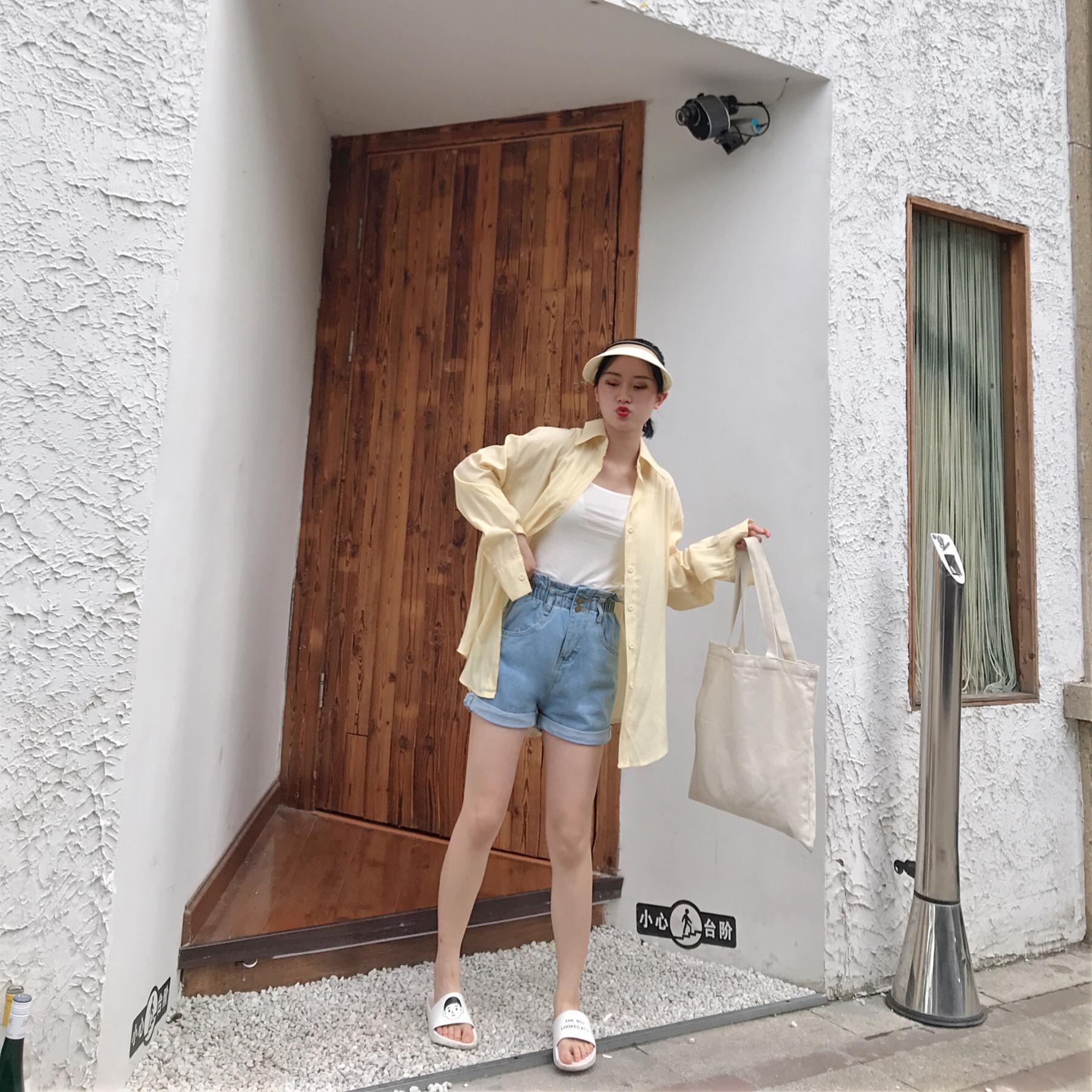 """#""""心动的信号""""式温柔穿搭# 奶黄色衬衫+蓝色牛仔裤+白色吊带 吹爆这件奶奶的黄色衬衫哦 巨温柔的颜色 搭配了基础的白色小吊带和高腰牛仔裤休闲又好看"""