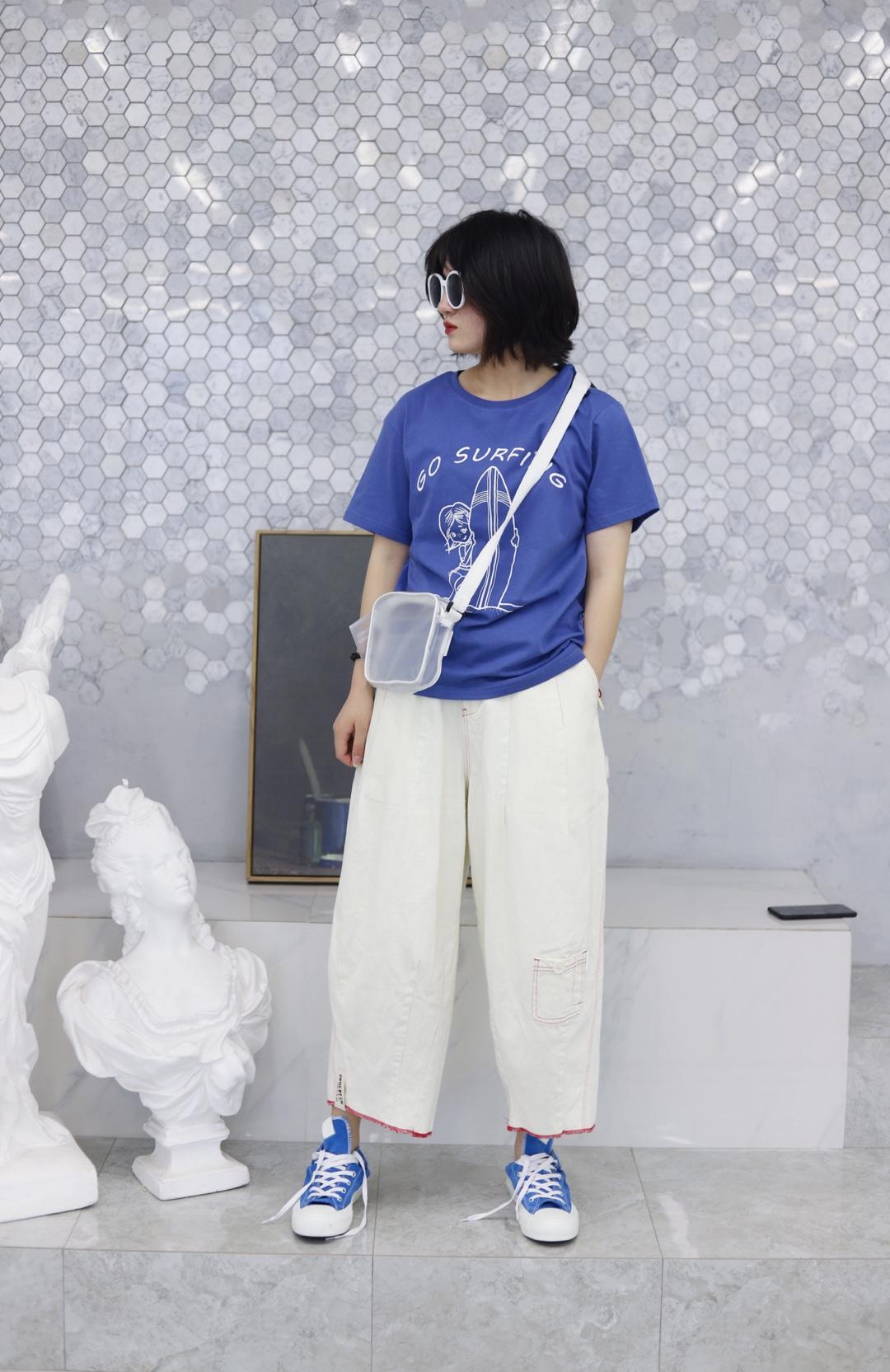 上身是一件蓝色印花短袖 下身是一条米白色直筒阔腿九分裤 搭配一双蓝色高帮帆布鞋 背上一个白色透明的斜挎包 戴上一副白色的墨镜 这样一身就很显瘦显高啦 很适合小个子呢而且超级喜欢蓝色啦 #小个子暑期穿衣指南#