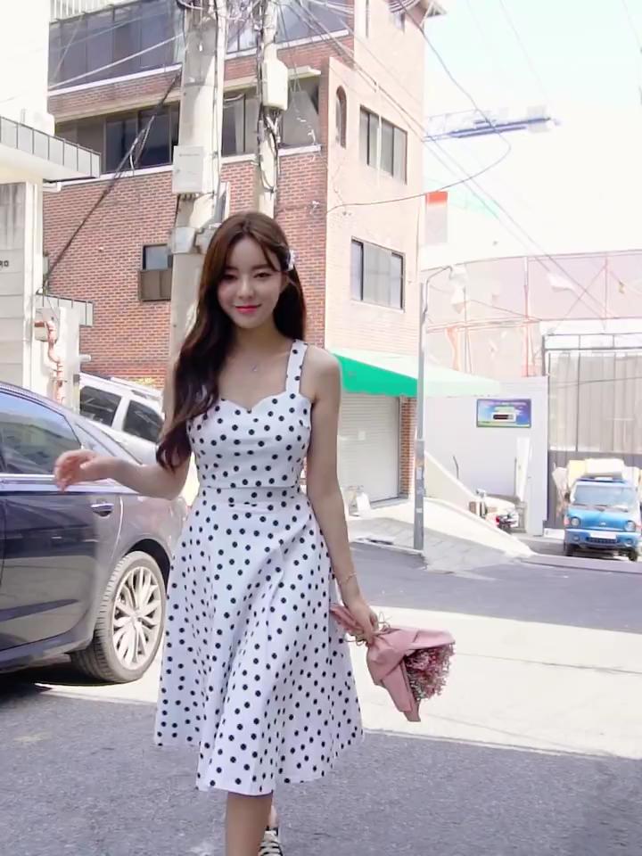 #懒癌女孩一键式穿搭#韩都衣舍2019夏装新款波点气质仙女裙两件套时尚套装,时尚波点 两色可选 可拆开搭配一直大热的波点元素今年夏天也不例外属于气质简约温柔款在设计上也是花了小心思的,日常穿或者其他场合都是可以穿的夏天穿着比较清凉不会有闷热感,轻薄有质感给你零负担的舒适体验腰部做了松紧橡筋设计美观大气,视觉上看起来高挑显瘦显腿长!
