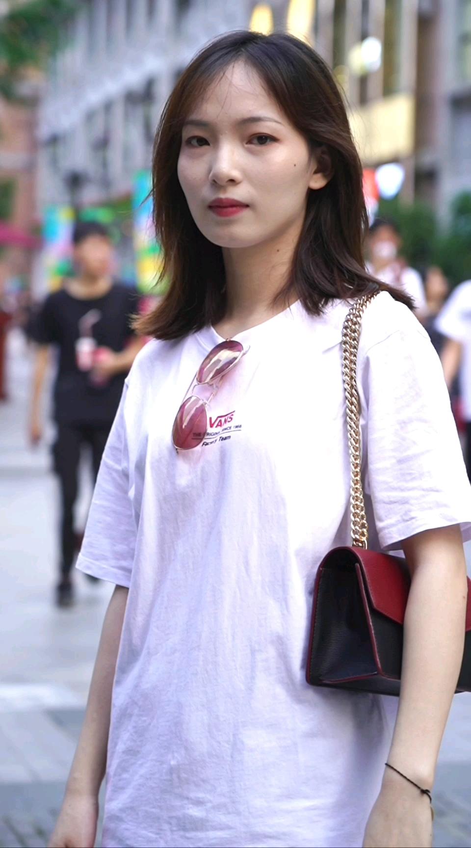 武汉鞋控小姐姐一身穿搭多少钱?无意中又被塞了一嘴狗粮~##夏日霸屏T恤就买这几件!# 你今天的一身穿搭最贵的是什么?