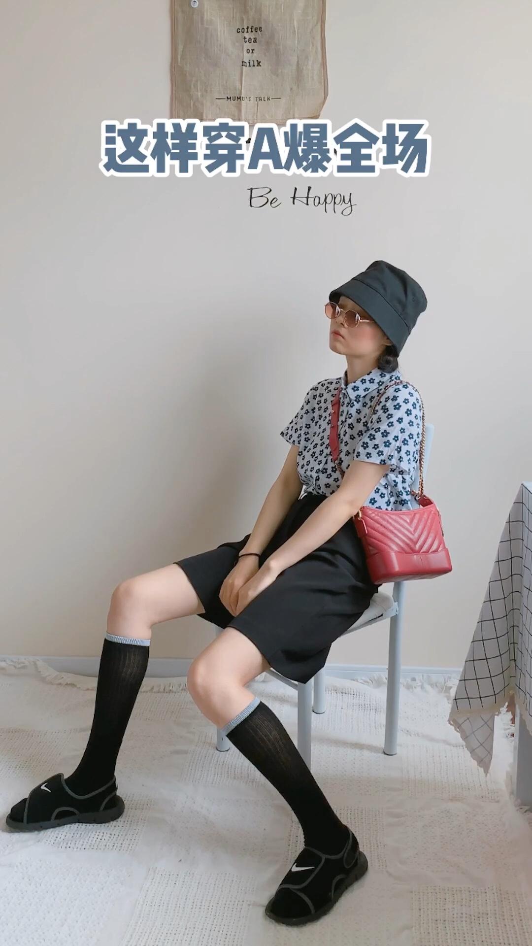 夏日必备的小花单品,穿上它简直少女感满满。搭配黑色西装短裤和黑色的桶帽,整体A字版型显高又显瘦。小腿袜和魔术贴凉鞋的组合,很彰显个性哦  #高腰:长腿制造机本机!!!#