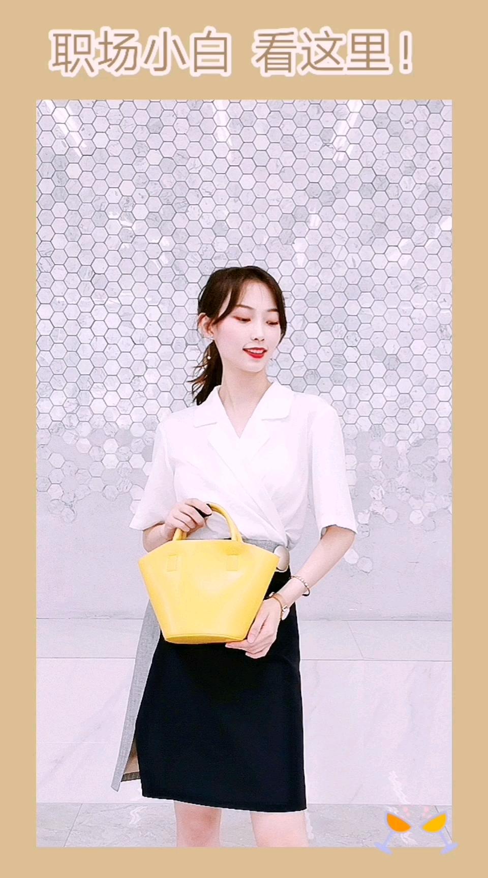 #短款上衣暑期亮瞎小姐妹# V领白衬衫 + 半身裙 职场女性最常用的搭配公式 衬衫与普通的衬衫不同 它是一片式的 没有纽扣 需要在后面绑带 上身很有型 显气质 很特别了~ 搭配亮色系的姜黄色包包 提亮全身穿搭  回头率十足!