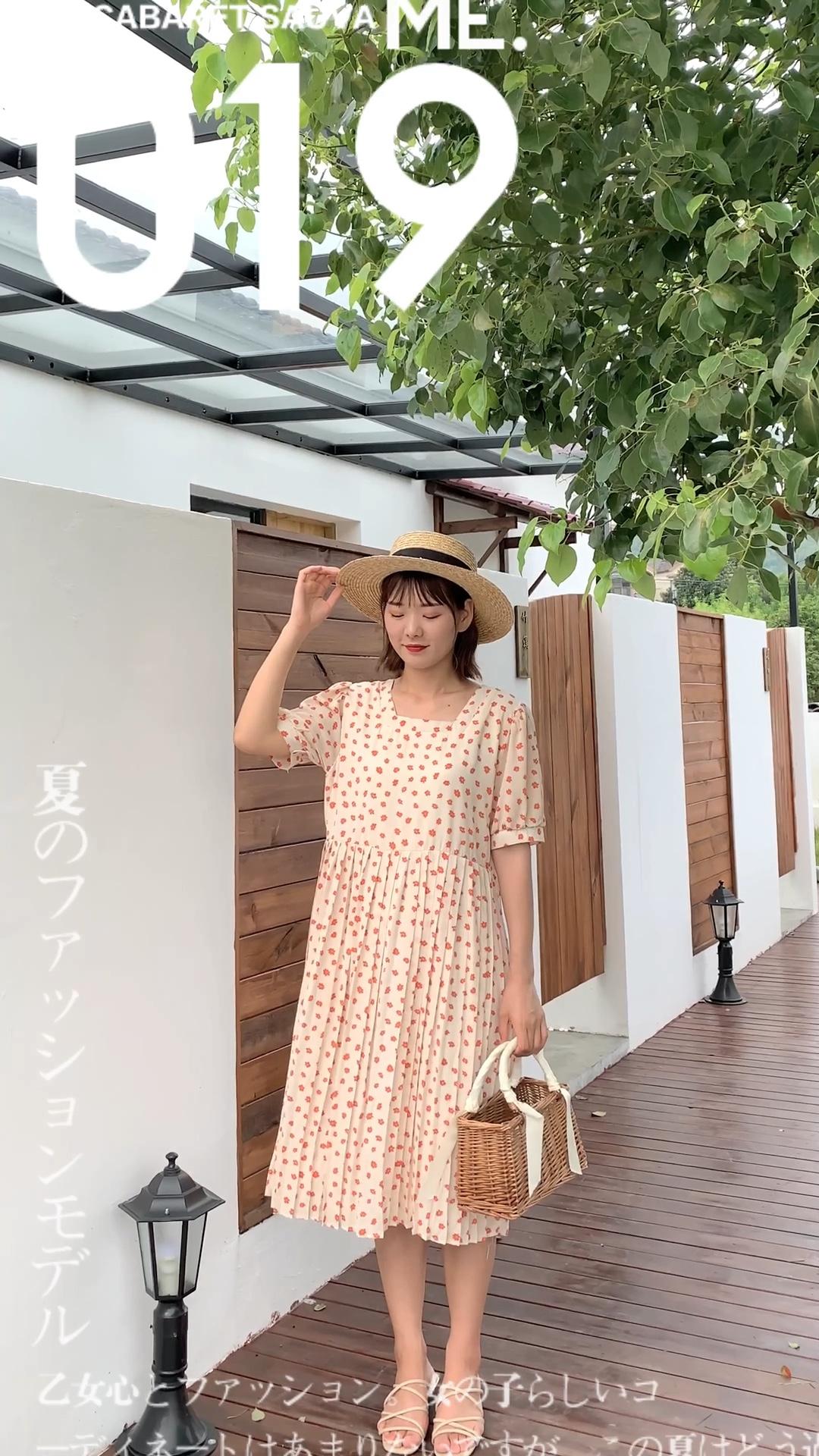 这是一条胖妹最爱的连衣裙~ 宽松版型  自然高收腰  长款裙摆  无一不是在为遮肉做功课    方领复古别致   展现锁骨 红色的小花也会让整体更加的明亮显白 #懒癌女孩一键式穿搭#