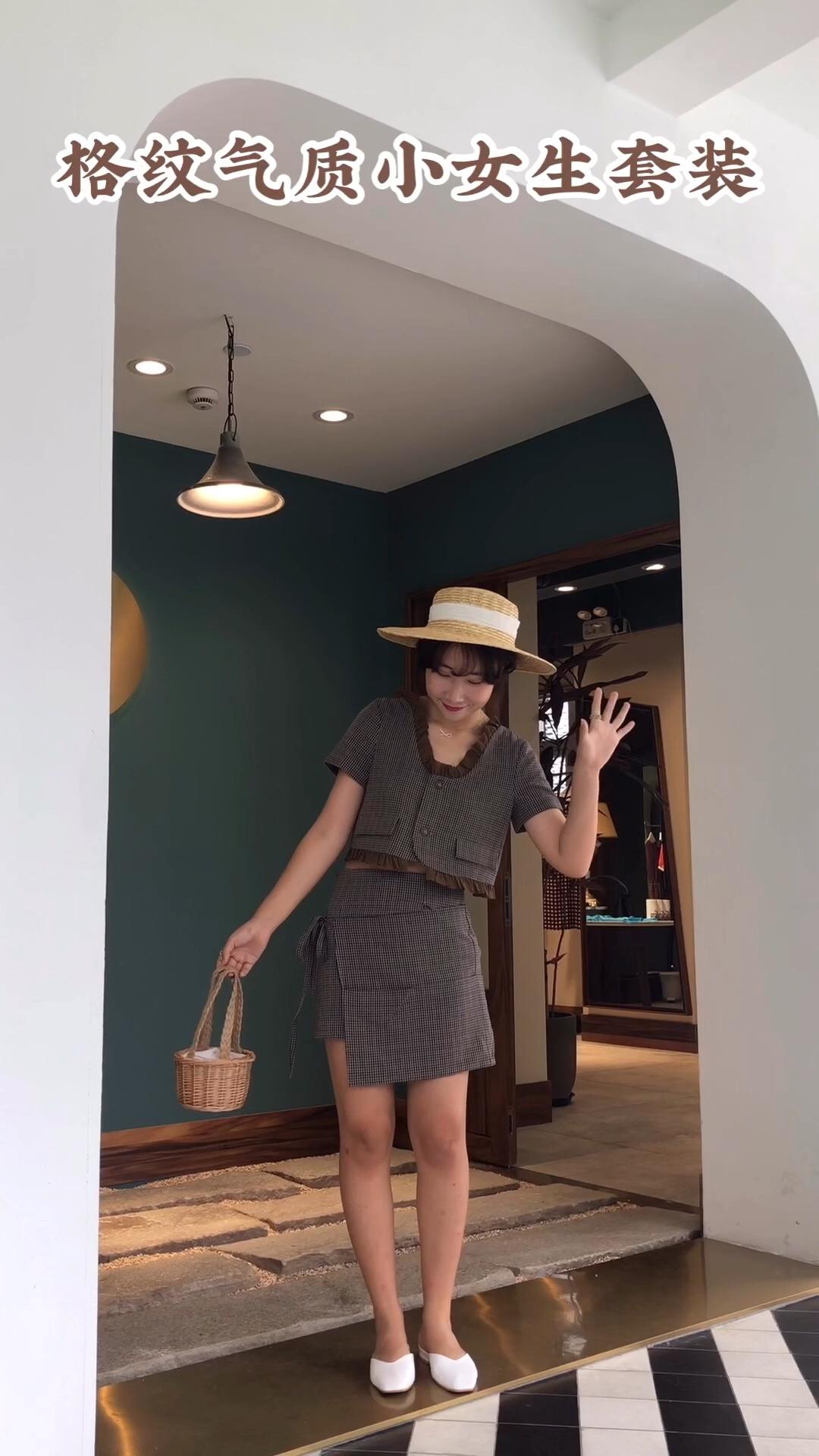 #暑假逆袭女神就靠它!# 格纹元素最流行起来,就非常受大家的欢迎,在各季的新品中也会出现作为经典的时尚元素之一,格纹总是那么的受人喜爱。它被大量的运用在各种单品中,例如这款,非常的复古和经典的格纹宇宙CP,上装缀有流苏,百搭程度满分,下面是裤裙,套装搭配出来干练职场有气质