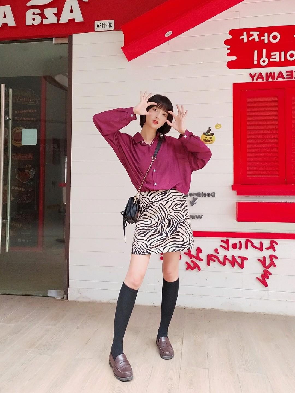 #今夏霸屏美腿全靠它!# 👕::好看又防晒的衬衫,轻薄透气好打理。 玫红色也很特别哦 超衬肤色! 单排扣设计,单穿或者搭配小吊带都很不错哦 朦朦胧胧的小性感,最适合夏天啦。 👗:敲击流行的斑马元素,上身惊艳。 斑马纹就是这么special! 同时也自带一股小女人性感的feel~ 高腰版型,上身显瘦显高,曲线有致。 搭配简约舒适的休闲T恤会营造出青春活力的气息,再穿上一双小白鞋,出街毫无压力。