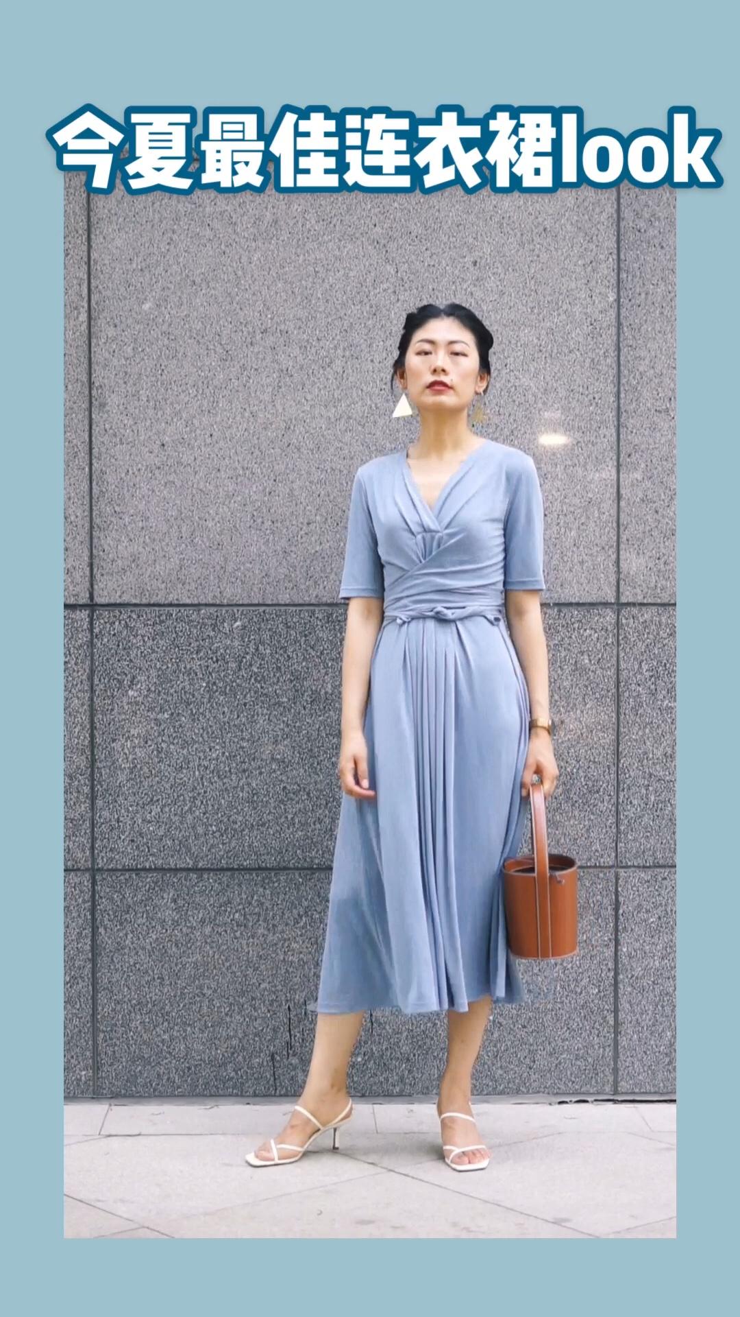如果今年夏天只能选择一条裙子, 我也会选它。 蓝的那么优美, 显瘦效果惊人, 贴身穿凉爽亲肤不起褶, 把身材塑造的无比曼妙, 是谁见了都会夸一句的神奇单品~ #显瘦连衣裙年终盘点#