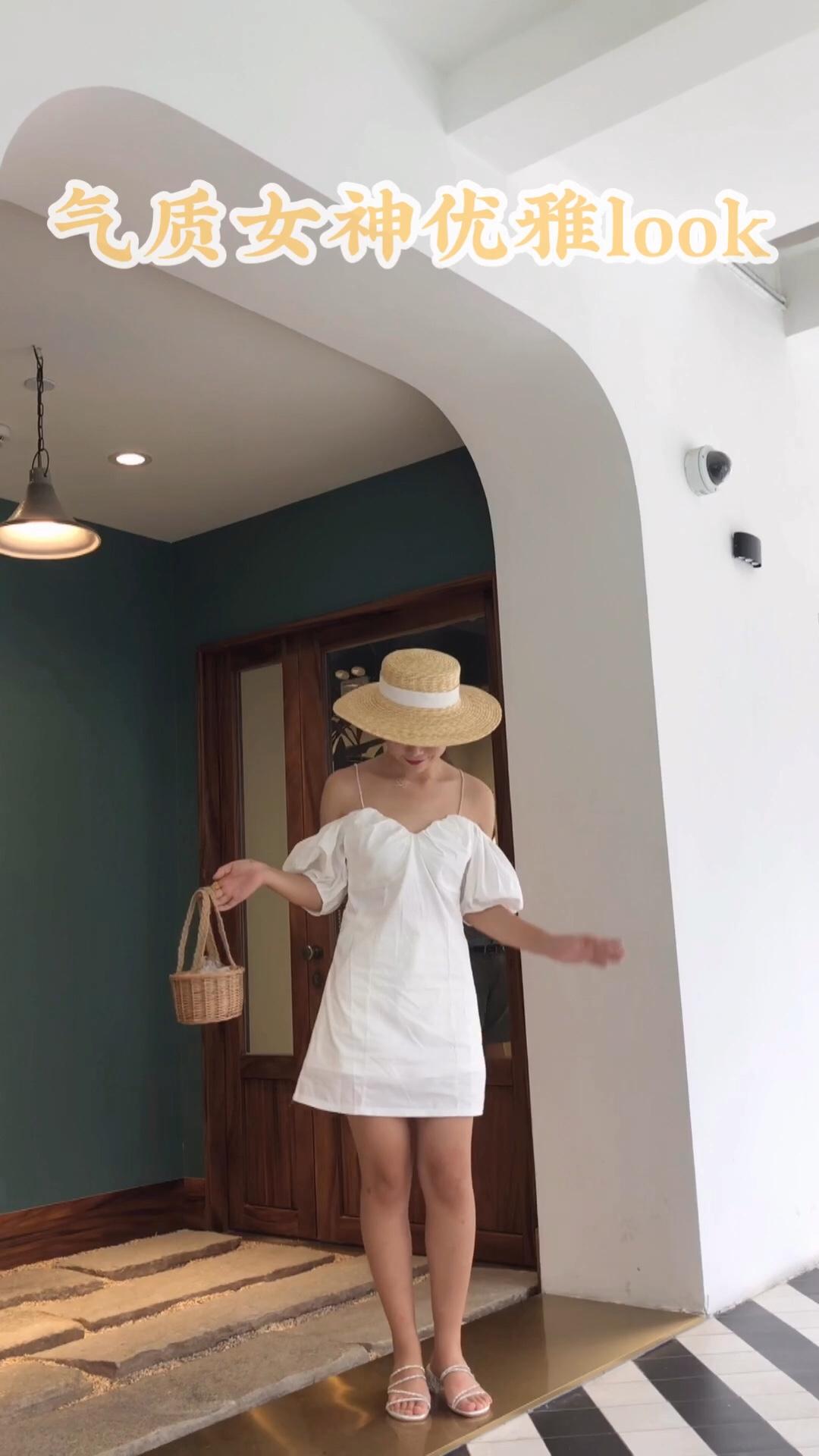 #撩人满分:高阶露肤法# 在复古风大热的时尚界,很多曾经在奶奶衣柜里看见的衣服,又重新时髦了起来,泡泡袖连衣裙就是其中一款。比起别的设计,夸张的肩部设计,带着一种可爱俏皮,完美演绎法式复古。 对于微胖MM和肩膀粗壮的女生来说,泡泡袖就是拯救你的福音。稍许夸张的细节,让连衣裙有了不一样的感觉。