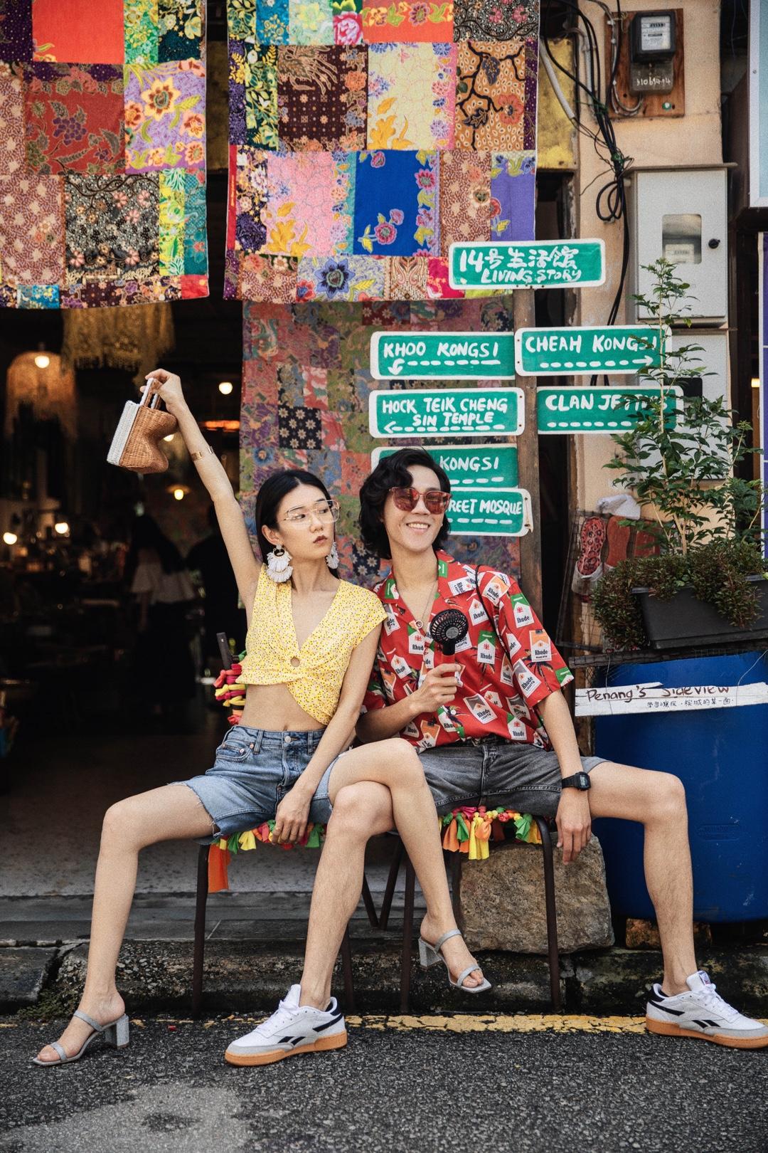 #Ava搭配日记#槟城乔治市壁画街~这条街的艺术涂鸦就好像是乔治市的名片,经过日晒雨淋的壁画虽然有些早已斑驳,不过别有一番风情,让人更加留恋。 上衣&热裤:Free People鞋子:by far包:LUCY FOLK 眼镜:FIXXATIVE摄影:摄影人春海博主微博/微信公众号/Instagram:AvaFoo
