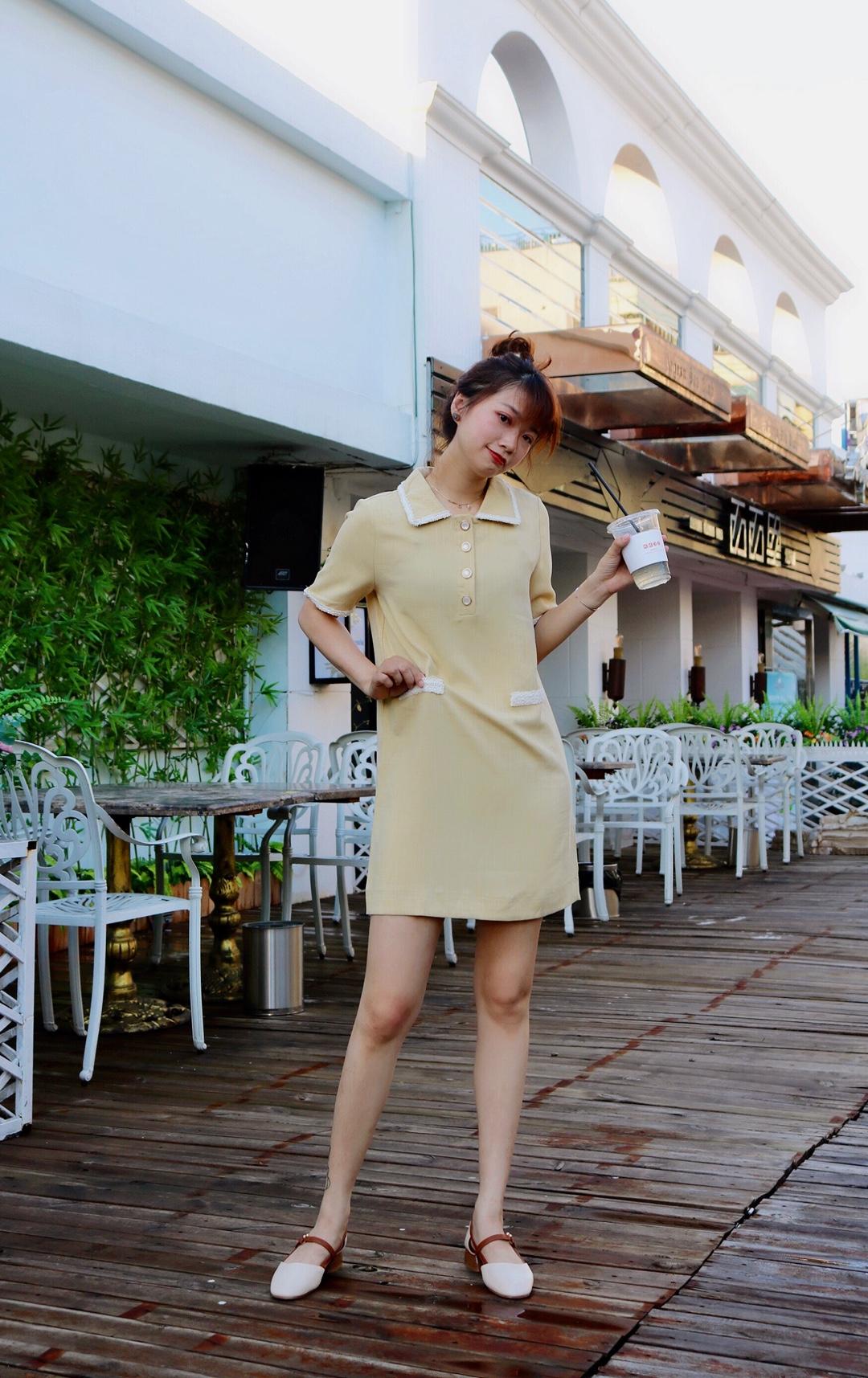 #法式穿搭,气质值+100!#  这是优雅气质的法式连衣裙 胸前气质翻领增添少女心 长度恰到好处 很显瘦显高 宽松的版型正常身材都能穿 上身很舒适显瘦 胸前扣子最上面那个是爱心形状的 细节感满满 柠檬黄颜色清新很显白 搭配同色系小高跟 真的是温柔气质满分💯
