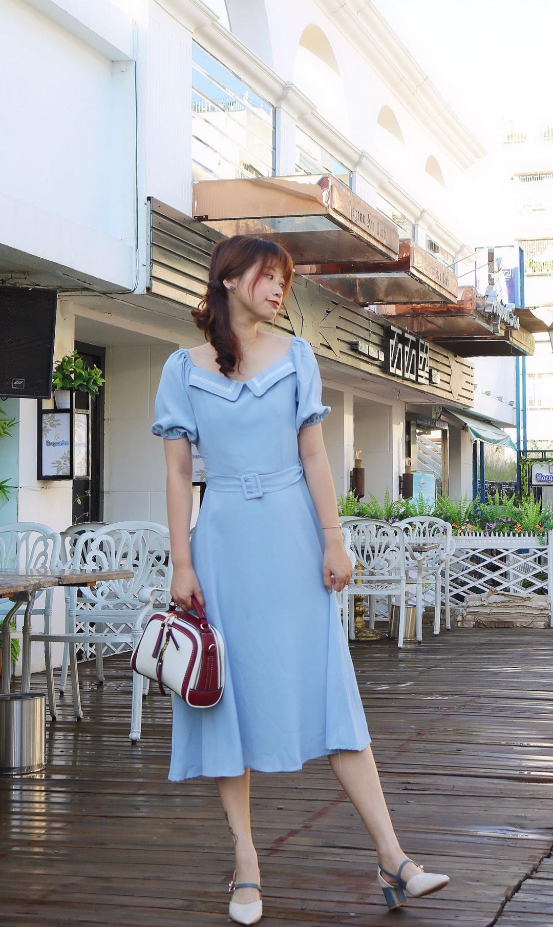 #法式穿搭,气质值+100!#  泡泡袖法式长裙真的是气质款 胸前小翻领温柔气质加分 腰间腰带显腰线而且显高 蓝色颜色比较特别 搭配同色系高跟 适合上班约会 一条裙子就能出门的look