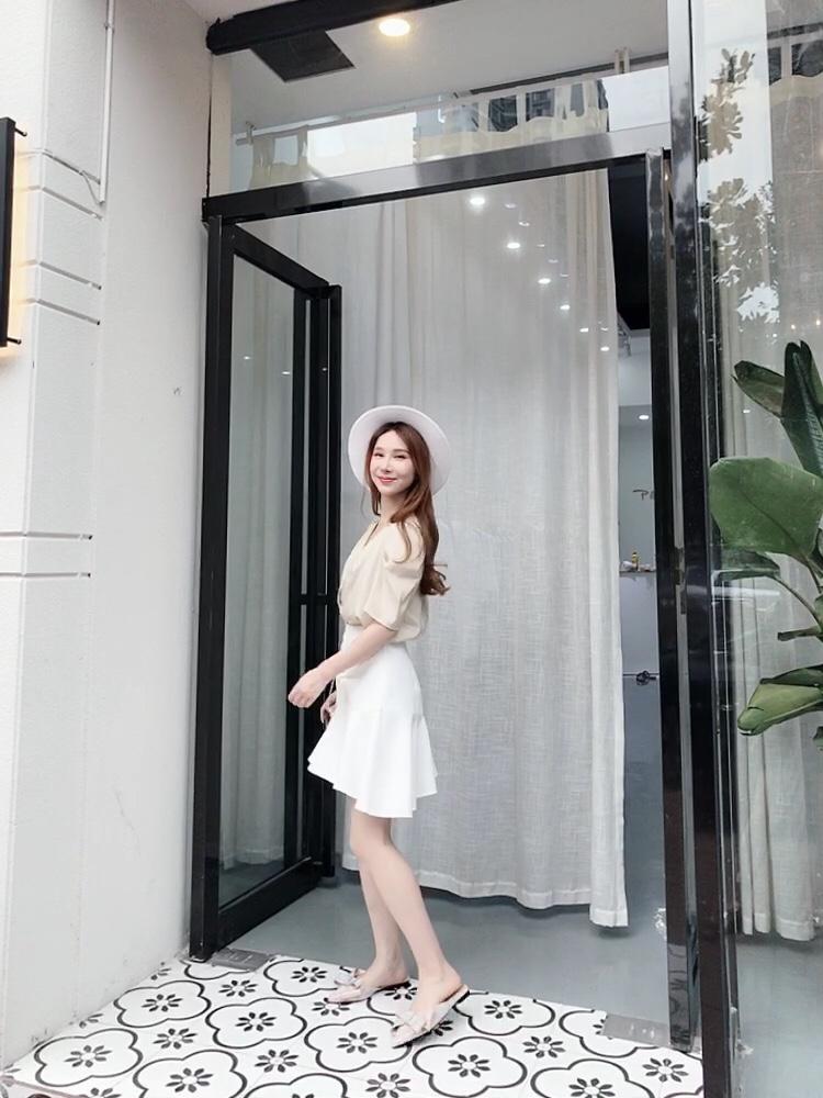 #高腰:长腿制造机本机!!!# 高腰半身裙这种神仙单品,你们还没有拥有吗! 白色炒鸡百搭,无论搭配什么颜色的上衣都可以啦~复古的法式上衣,非常显气质!加上鱼尾裙的细节,增加了优雅感~总之是气质值upup➕的搭配啦!