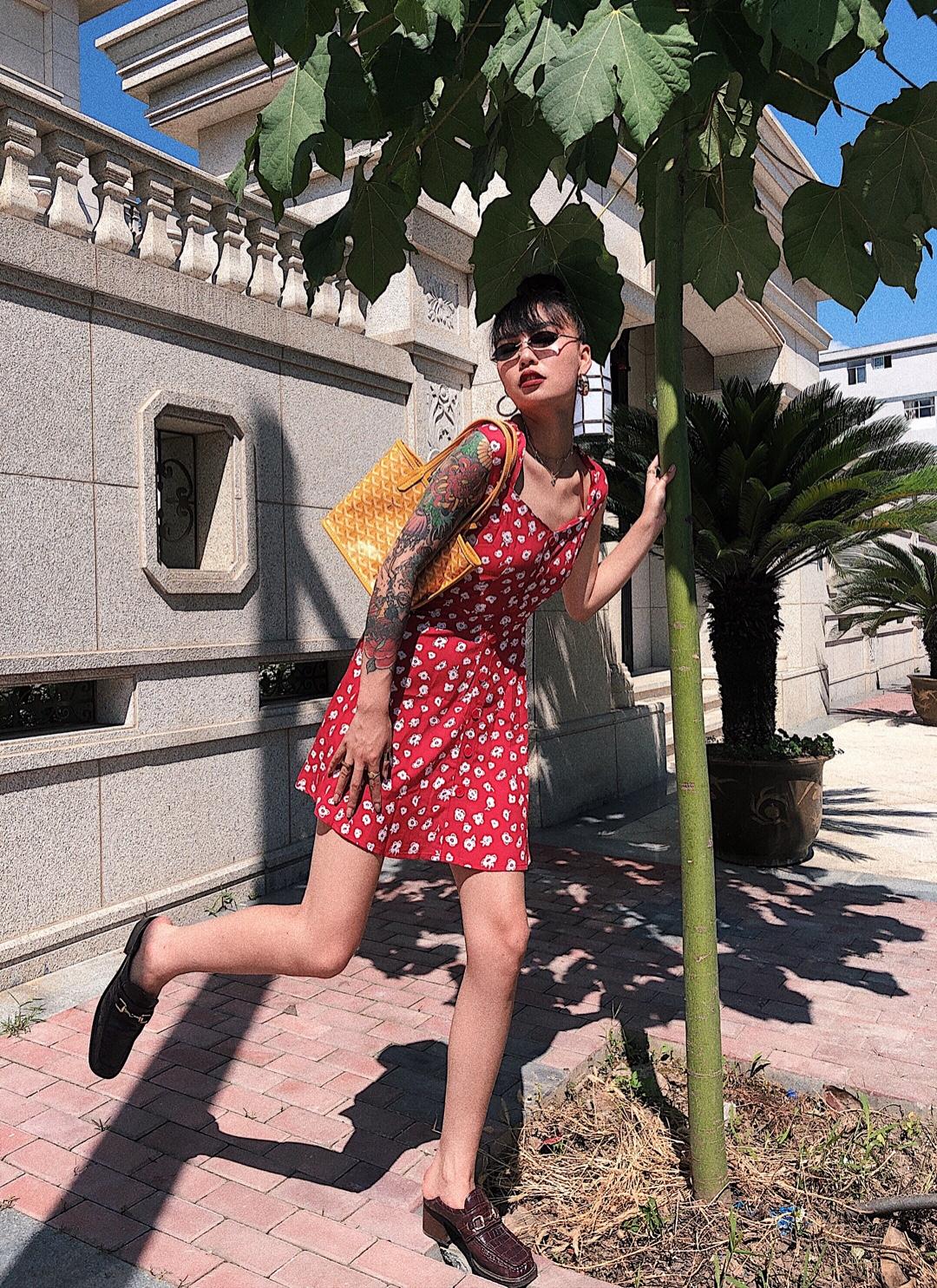 #法式穿搭,气质值+100!# 法式小女人连衣裙 爆米花的配色🍿️ 超级喜欢这样又复古又有意思的穿搭 俏皮可爱又优雅 一条裙子就搞定 我喜欢分享新的东西 更喜欢解锁新的搭配 有喜欢我的可以跟我一起探讨 个性又美丽的女人是如何炼成的🥳🥳🥳