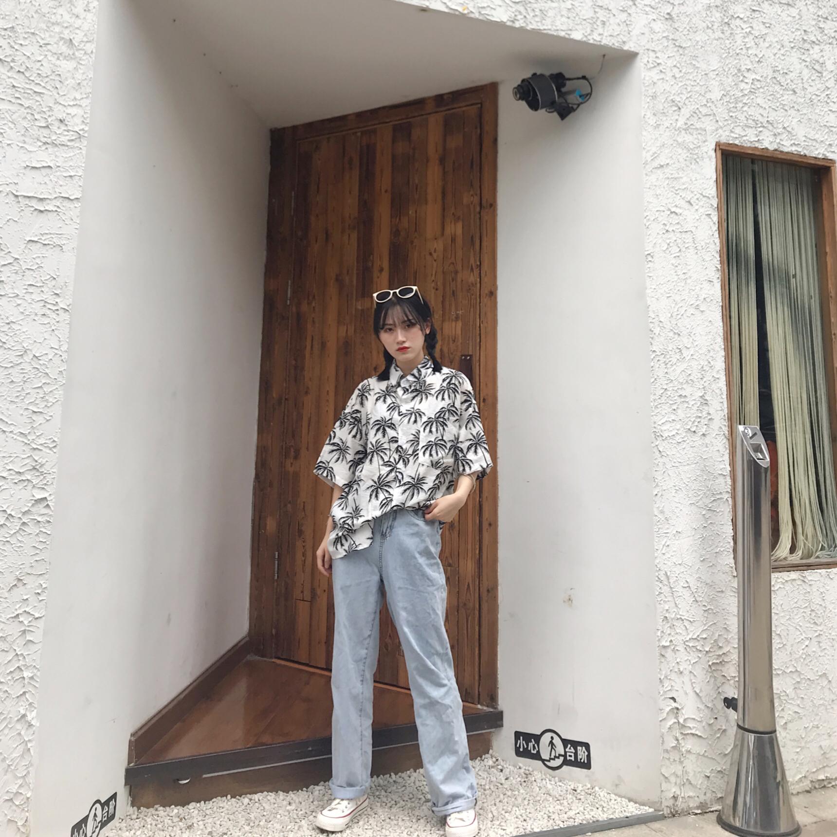 """#酷暑无时尚?服用""""凉""""方# 夏威夷衬衫+直筒牛仔裤+板鞋 今日份度假风 宽松的版型总是能给人一种安全感嘻嘻 挑了一款完全不挑人的款 干净利落~"""
