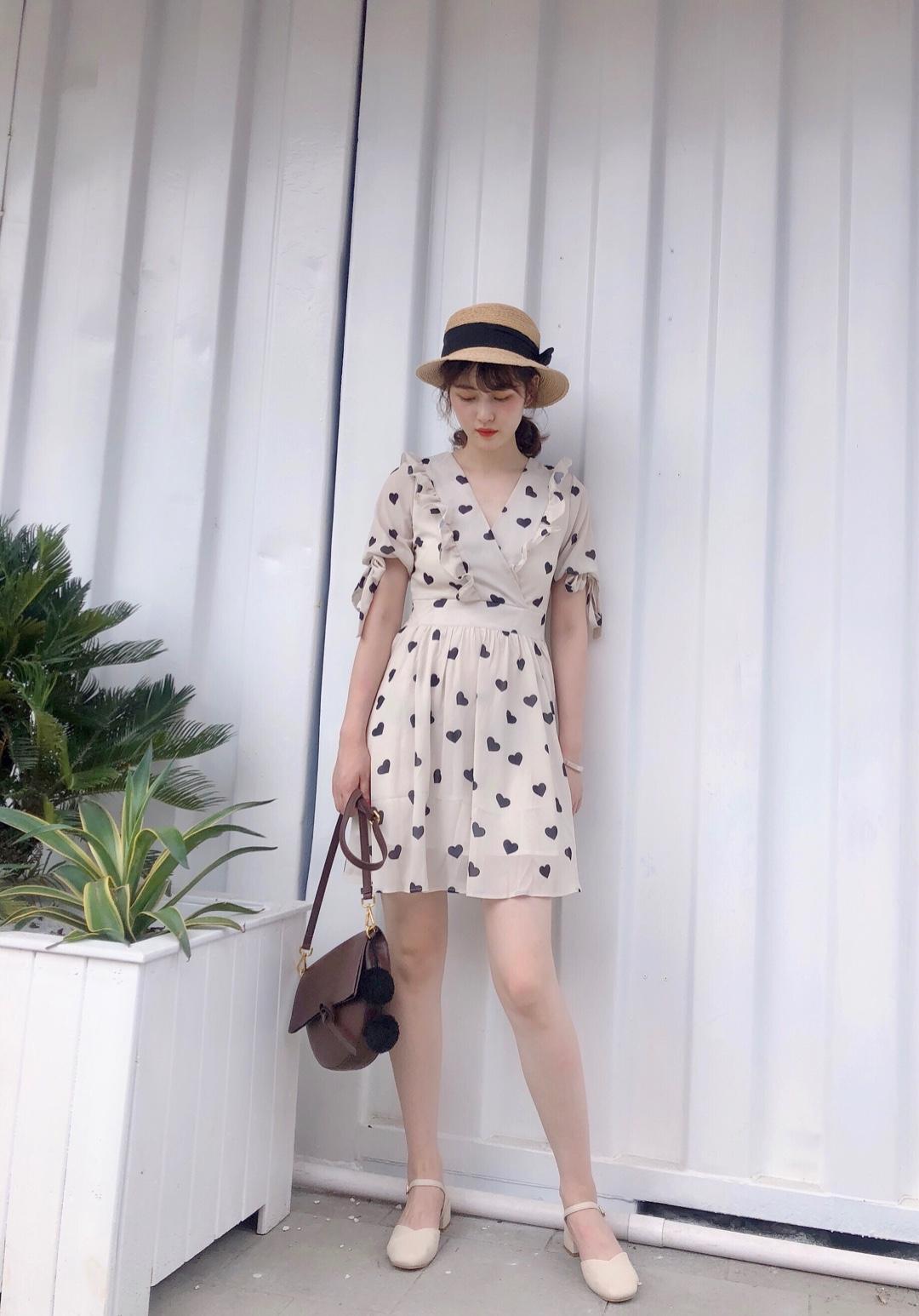 #银色情人节,我是这么脱单的#很小可爱女人味的一条连衣裙,蛮裙的爱心💗不能更可啦,戳中我的少女心,花边设计也很加分,短款的裙装感觉很适合小个子的女生呢