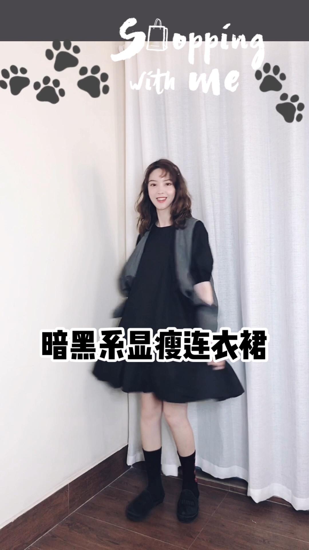 CC穿搭 #衣柜里最能打的套装安利!# 快速出门装,一条连衣裙搞掂,纯黑色的连衣裙下摆是荷叶边,简单中带有设计感一直是我喜欢的风格,搭配一件灰色的马甲,突显层次感也很时尚,下身搭配了一双带有小花图案的袜子,这样的小心机给整体搭配增添了可爱的元素,告别沉闷的穿搭
