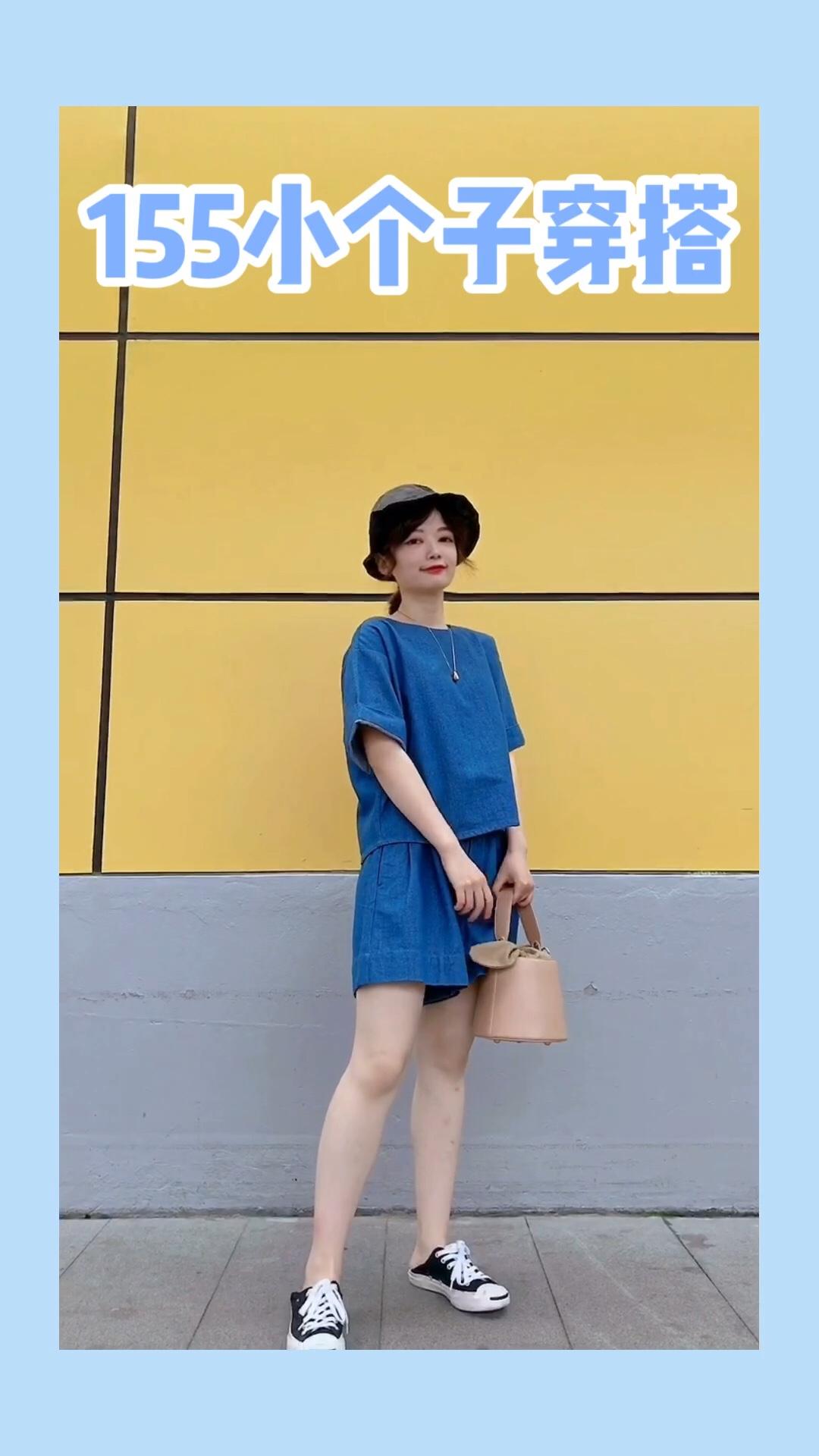 #衣柜里最能打的套装安利!#  不知道穿什么 套装是首选哦 牛仔蓝色系超级显白 后背的纽扣设计也hin可爱 裙裤的版型可以遮住大腿的肉肉哈