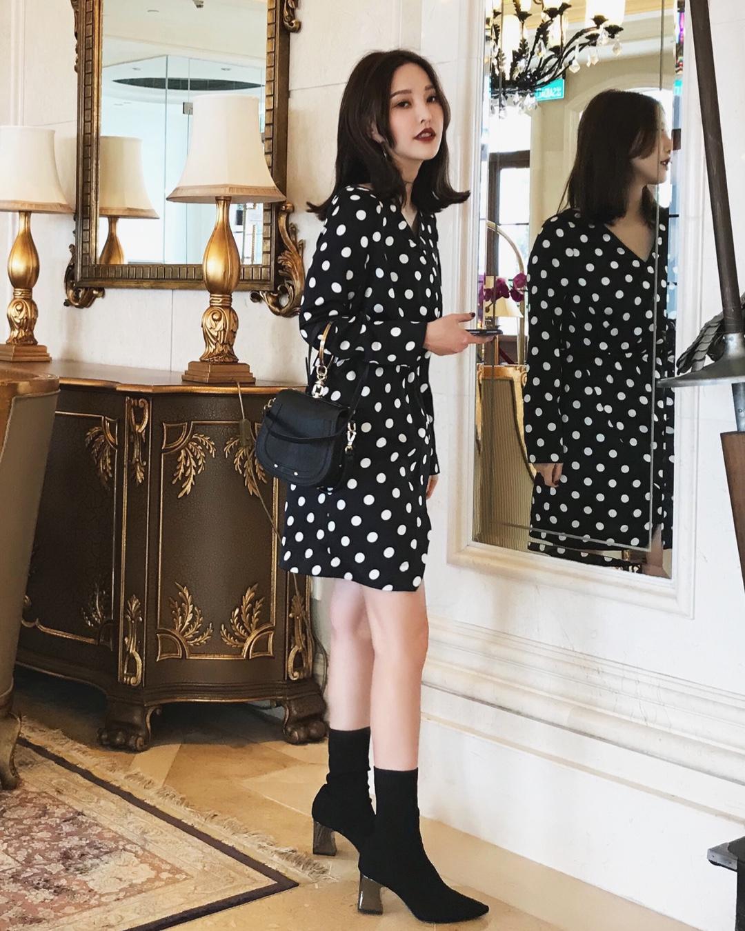 复古的波点在哪儿都流行 这款是有光泽度的波点面料 显得衣服特别的优雅气质 裙摆的部分做了开衩的设计 显得腿超长哦 并且还有内衬 非常完美啦 #一定要买!白到发光~#