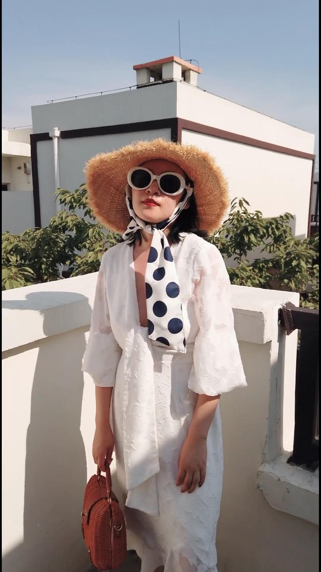 #温柔奶油白,夏日最优解# 完美适合夏日的奶油白色连衣裙,长袖防晒,深V增添一些露肤度,搭配宽檐草编帽,白框墨镜,塑造时髦的度假感, 白色连衣裙来自Free people。