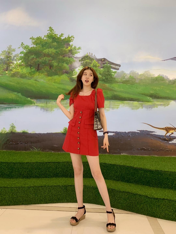 #日常时髦经:舒服最重要!# 红色的裙子是夏日出街的不错选择呀! 裙身是比较短的,可以分分钟露出大长腿,并且红色裙子的设计有点通勤风的感觉,就可以背一些比较成熟性感的包包了! Coach parker这一款蛇纹的设计真的是轻熟女性的首选了! 穿上它就是这个夏天最性感时髦的女人啦!