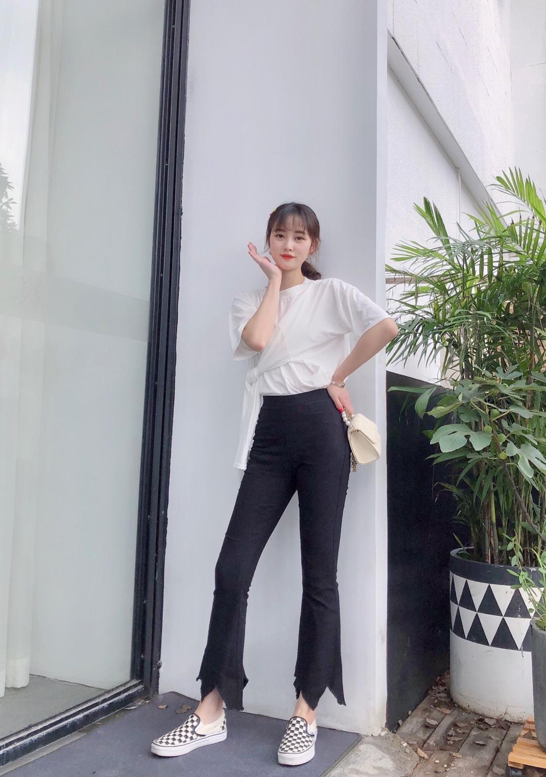 #日常时髦经:舒服最重要!# T恤➕高腰裤,衣服裤子都很有小心机,简单大方又蛮时髦的,黑白色调进店搭配,怎么看都不会腻