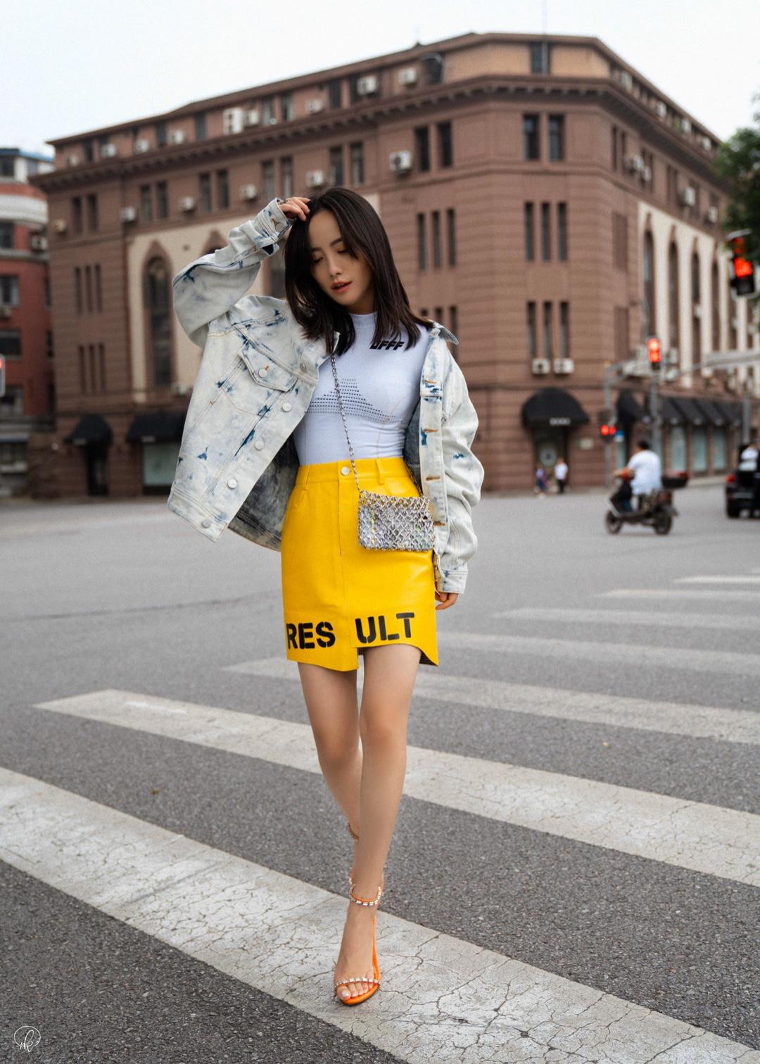 #Nikkislook# 雨后🌧️有一丝凉意,先人一步!穿上扎染外套,下装搭配嫩黄色短裙,外加银色的配饰,整套LooK好似多了几分初秋的味道~