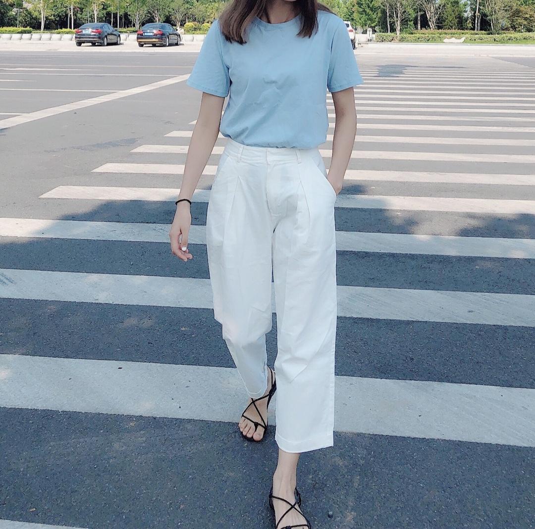#日常时髦经:舒服最重要!#可以双手插袋的裤裤~ 喜欢甜甜酷酷的fu T恤是宽松的不想太紧身可以自己拽哦💙 天蓝色纯色T恤也可以时髦感upup 白色渔夫帽是这个夏天的必备