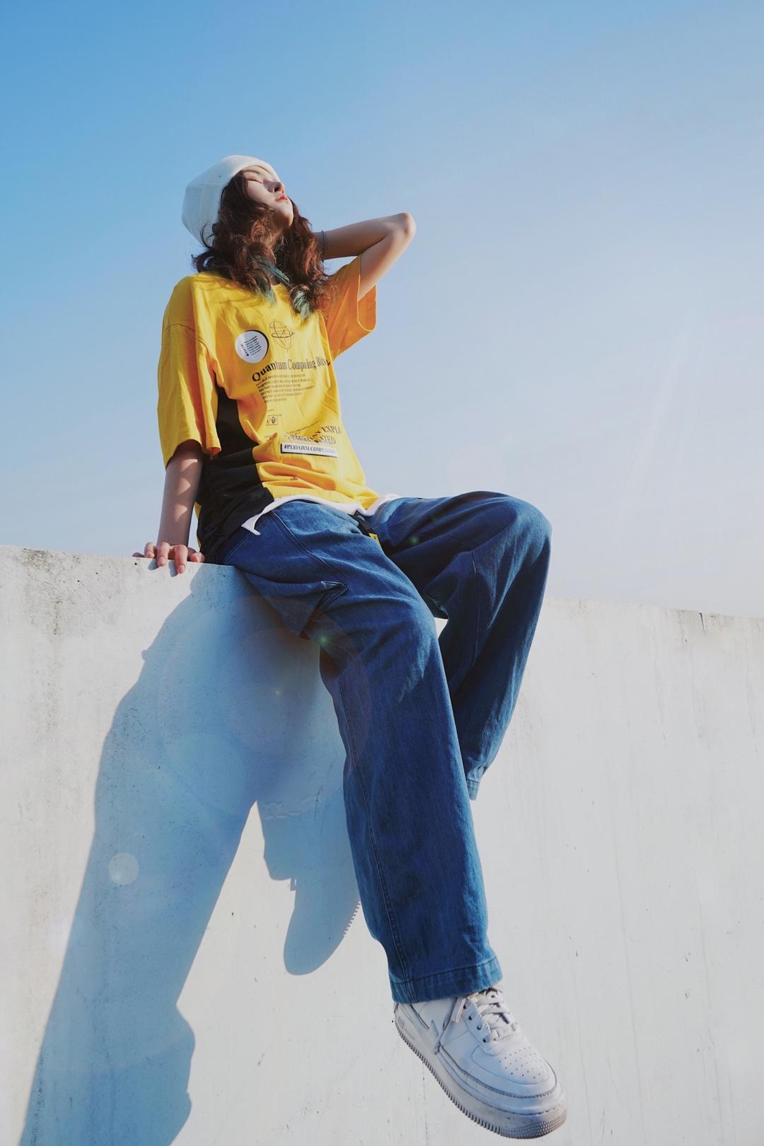 饱和度满满的夏天来了呀⭐️⭐️⭐️ 上衣:vengetice 两侧可调节抽绳让衣服更有褶皱感,印花设计的短袖,黑色与黄色的撞色同时半袖设计让夏日无拘束更清凉 裤子:dakyam 宽松拉链口袋设计的靛蓝牛仔裤,腰上的黄色腰带黄色点缀,与上衣呼应 #惊!回头率百分百出街look#
